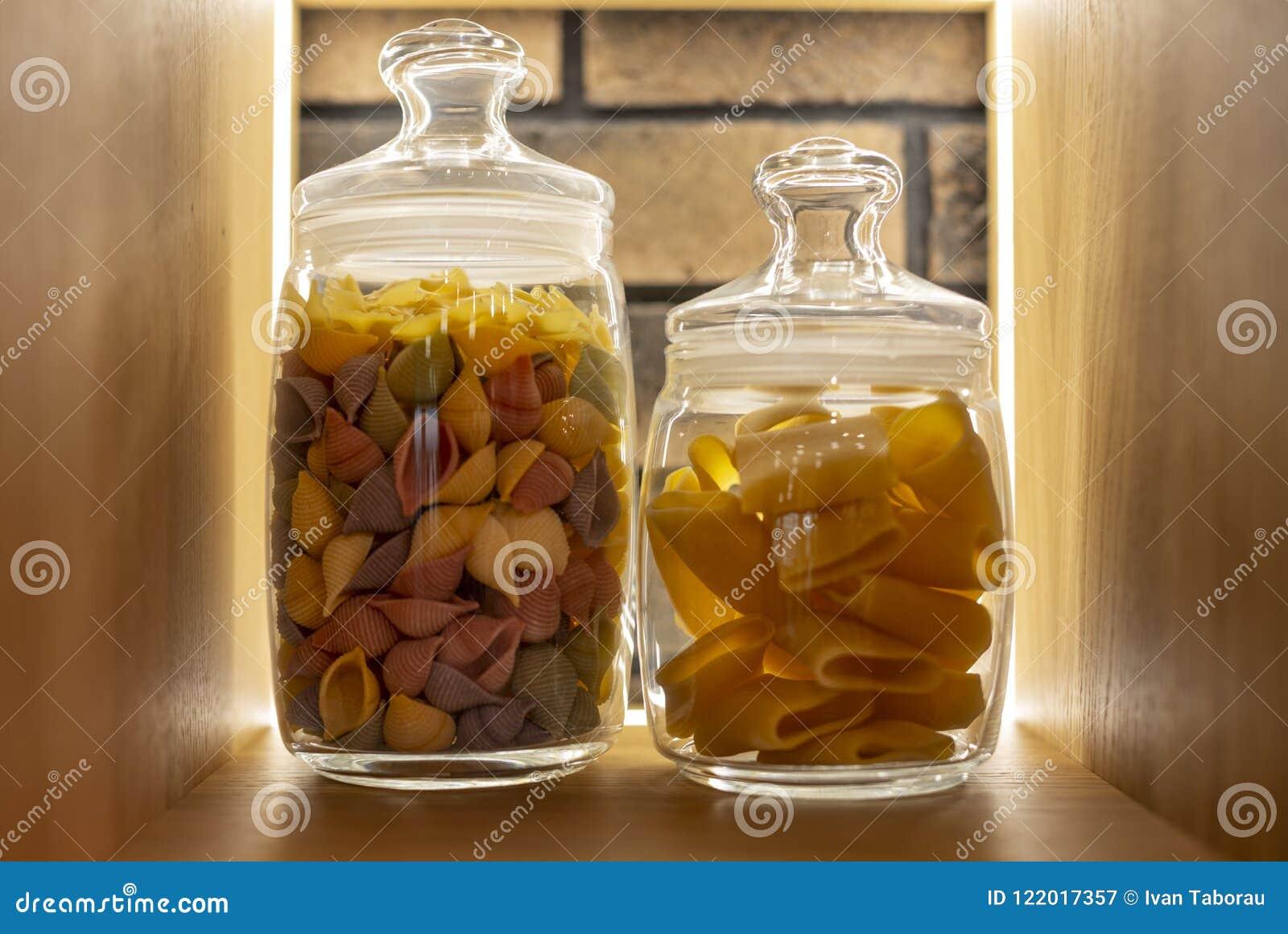 在一个架子的色的面团在现代内部的一个玻璃瓶子