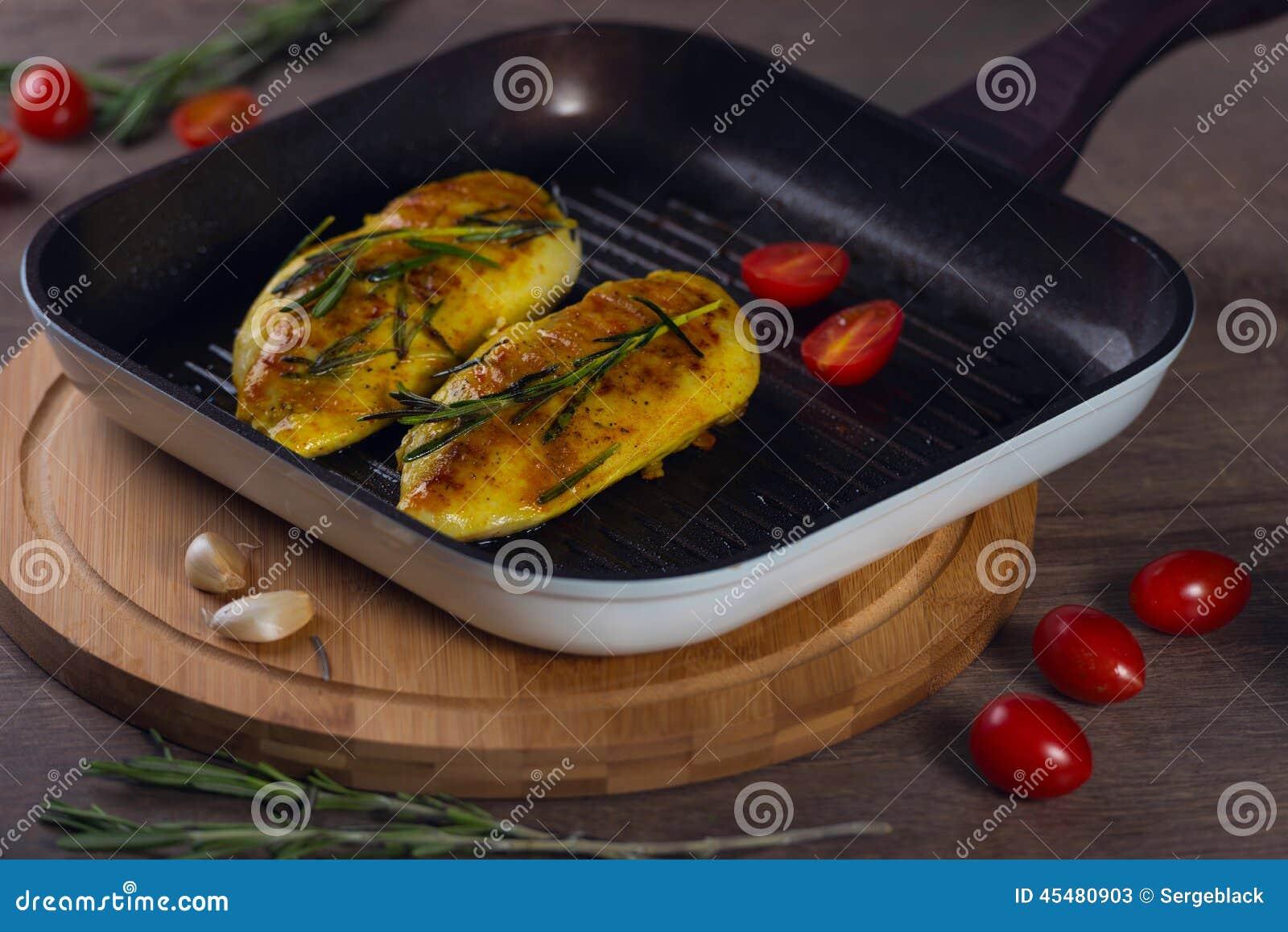 在一个格栅平底锅的鸡用蕃茄