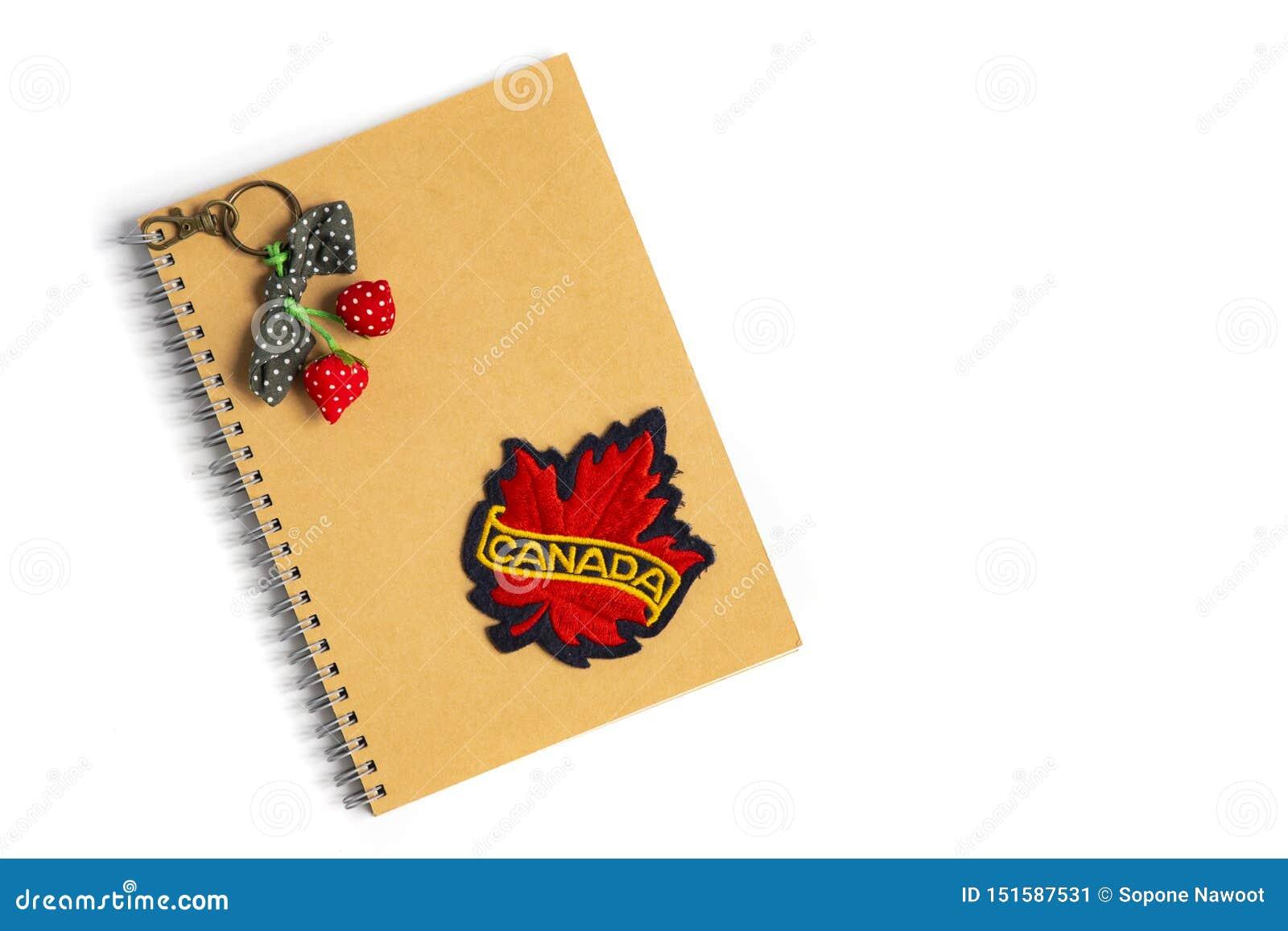 在一个棕色笔记本的加拿大徽章