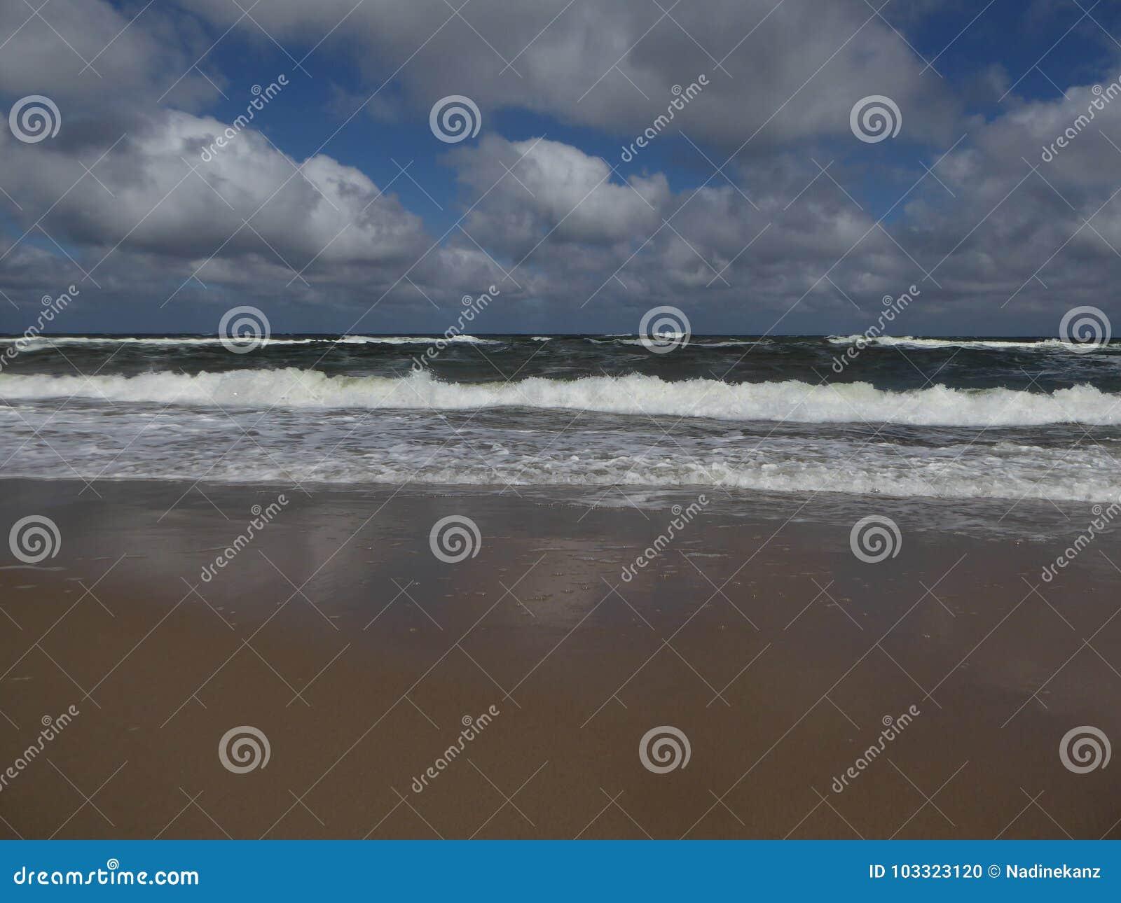 在一个沙滩的大打破的海浪在波罗的海在波兰