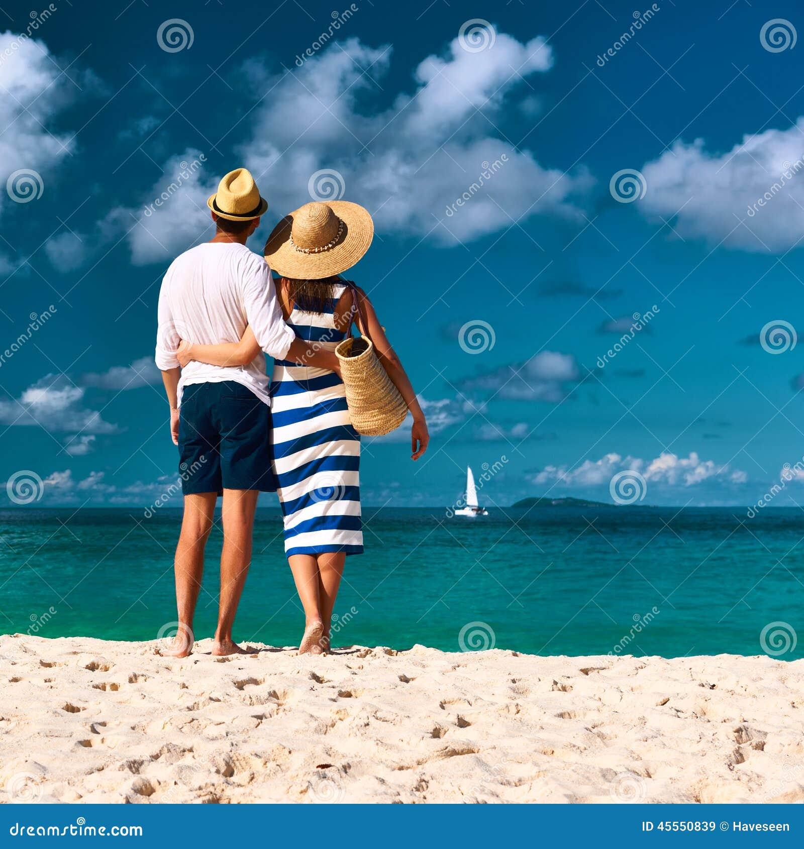在一个海滩的夫妇在塞舌尔群岛