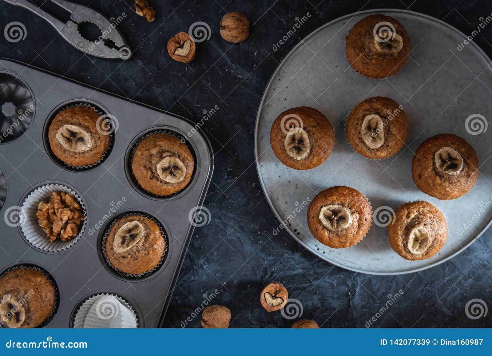 在一个烘烤的盘子的健康素食主义者香蕉松饼 顶视图