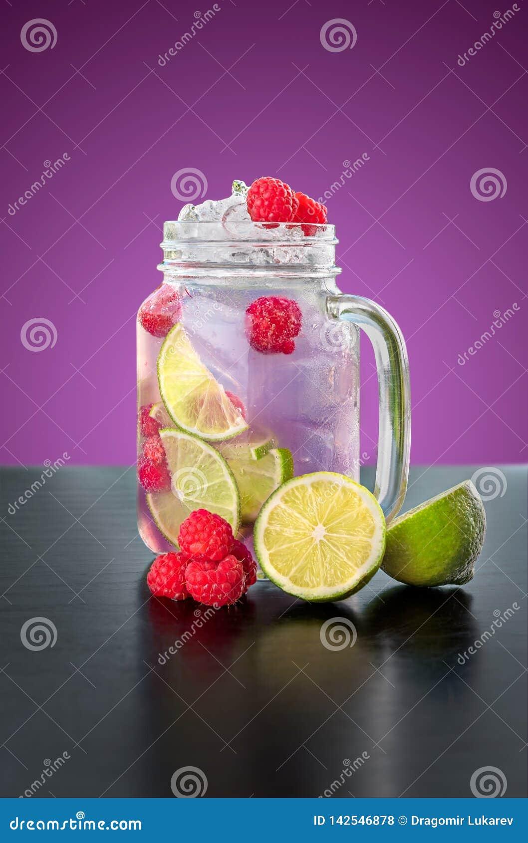 在一个玻璃瓶子的自创紫罗兰色柠檬水