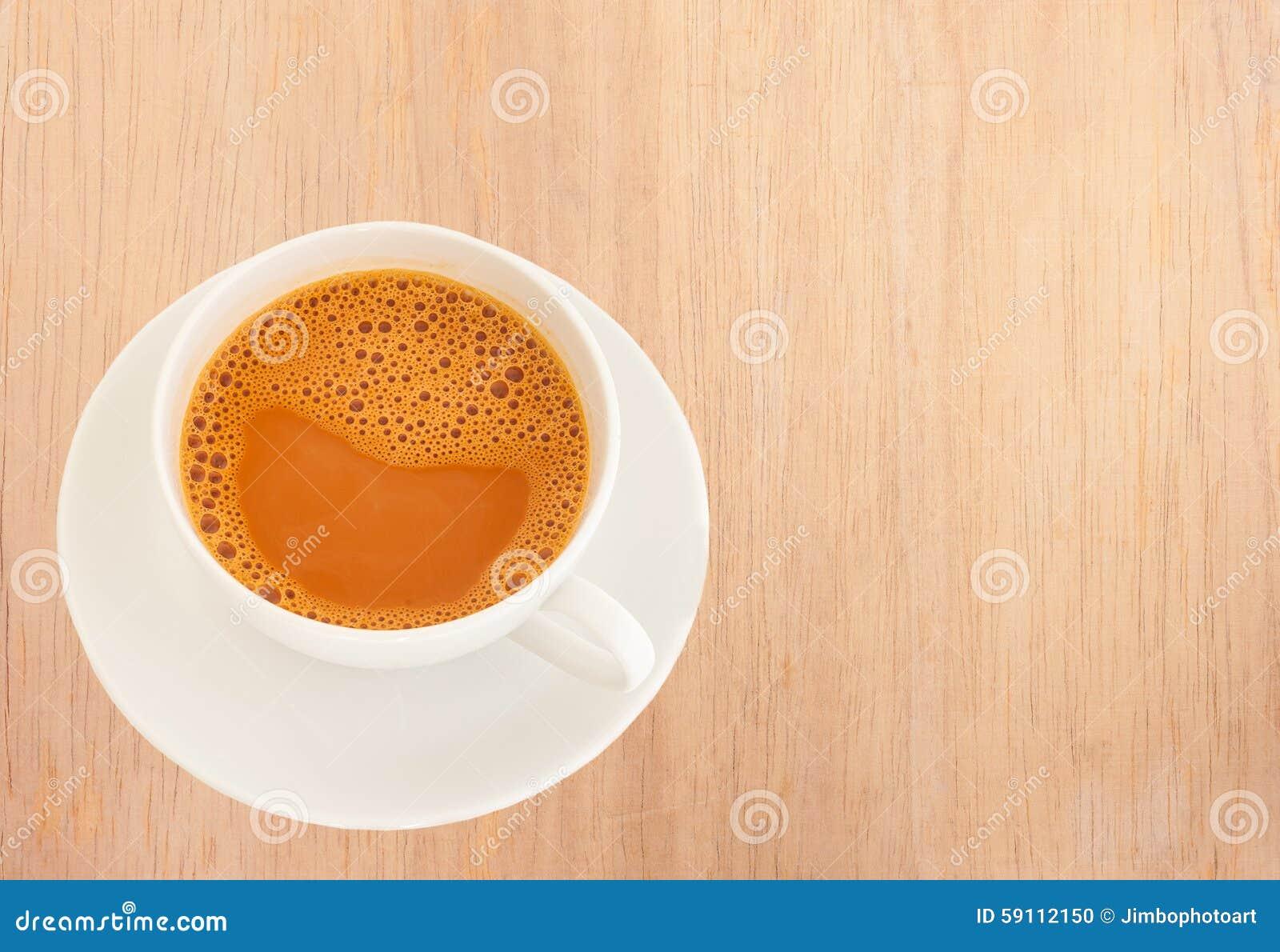 在一个白色杯子的热的牛奶茶