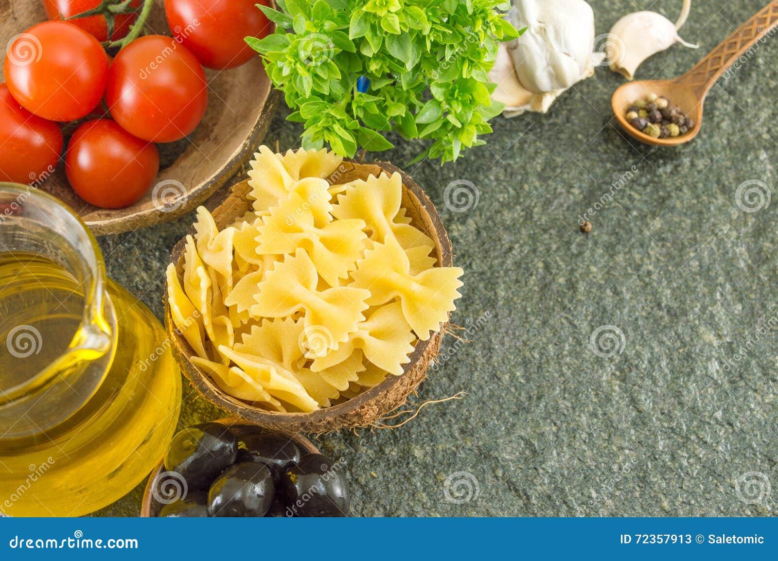 在一个碗的未煮过的面团有菜的