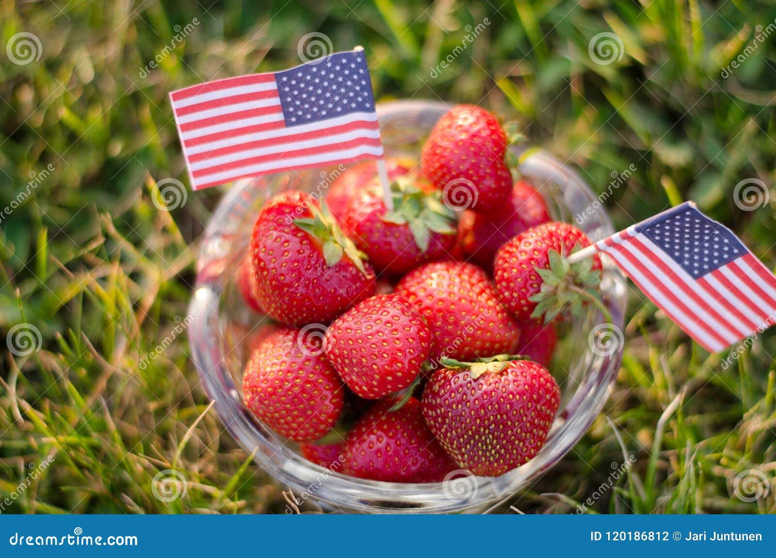 在一个碗的草莓有美国国旗的
