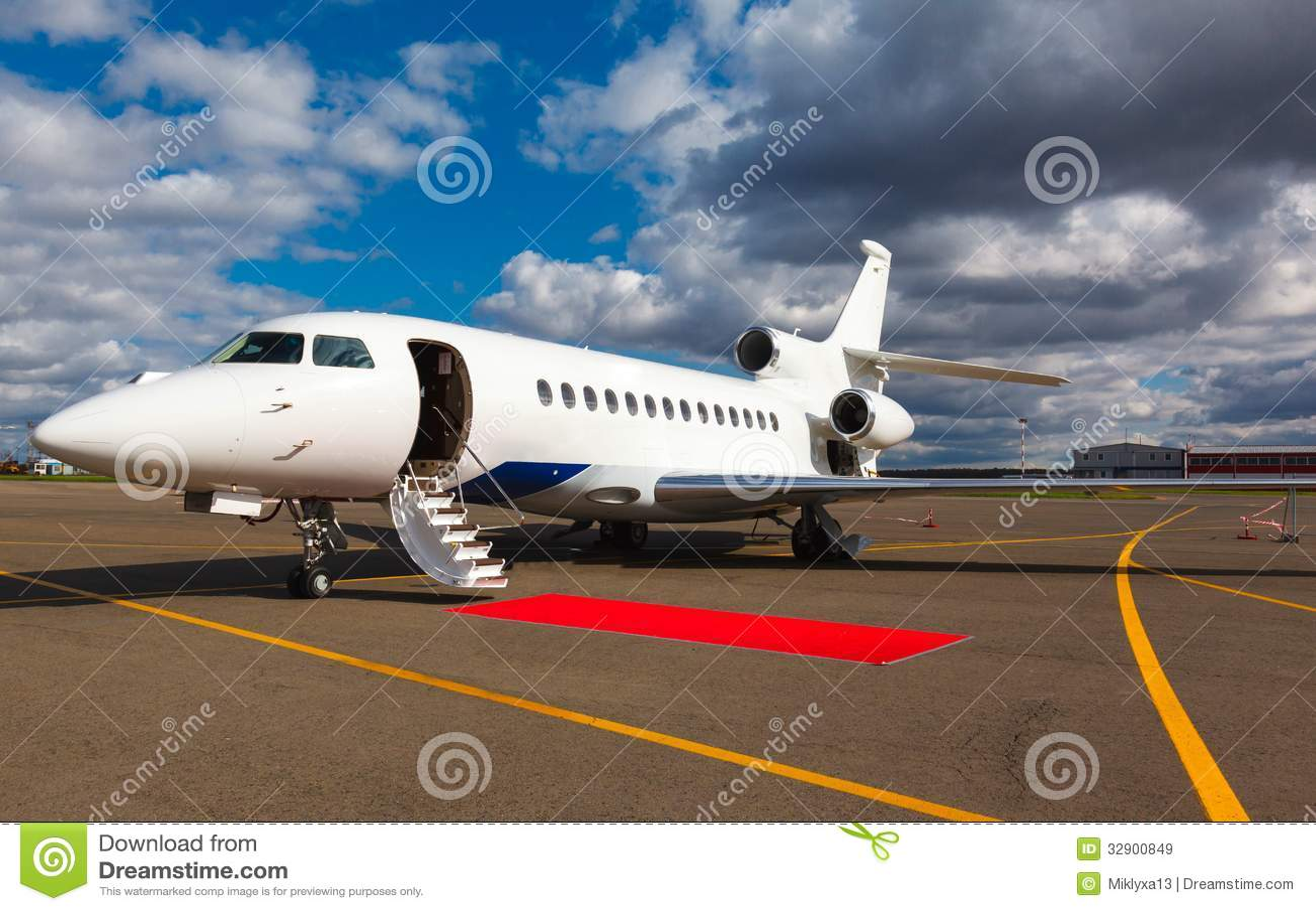 在一个私人喷气式飞机的梯子