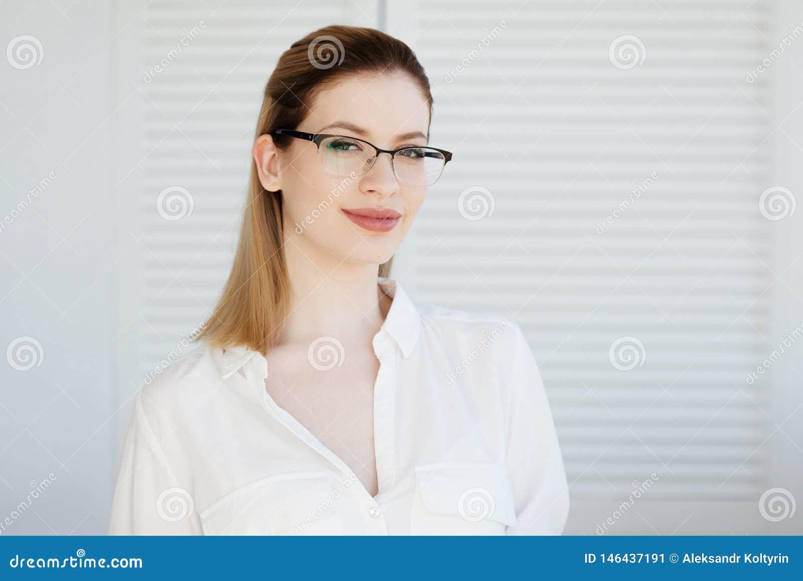 在一个稀薄的框架,视觉更正的时髦的玻璃 年轻女人的画象