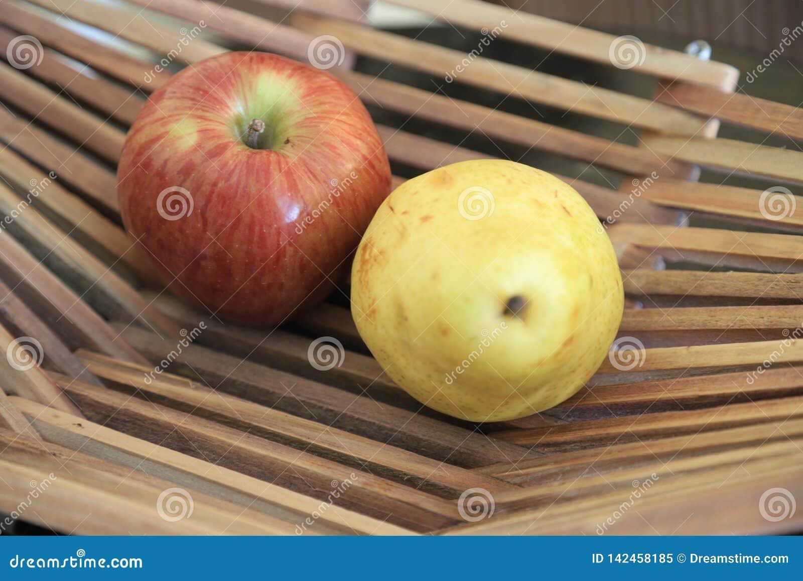 在一个篮子的苹果在木桌上