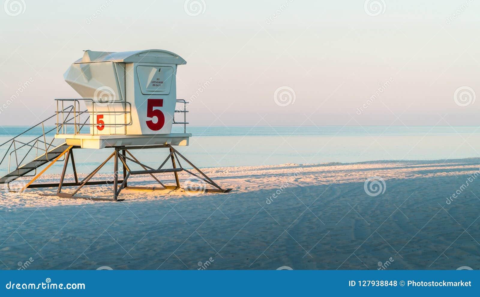 在一个美丽的白色沙子佛罗里达海滩的救生员驻地与大海