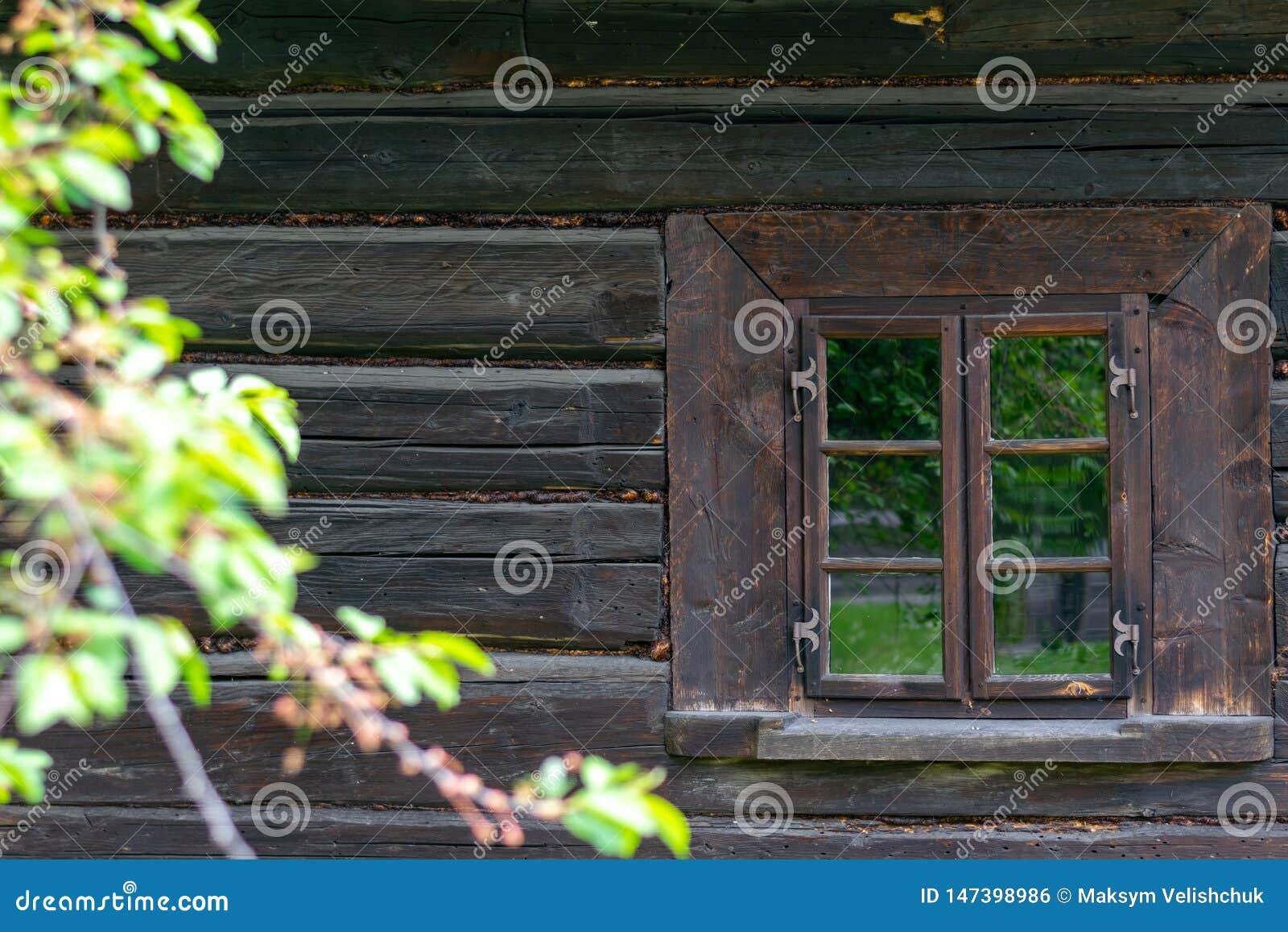 在一个老木房子的墙壁的一个小窗口