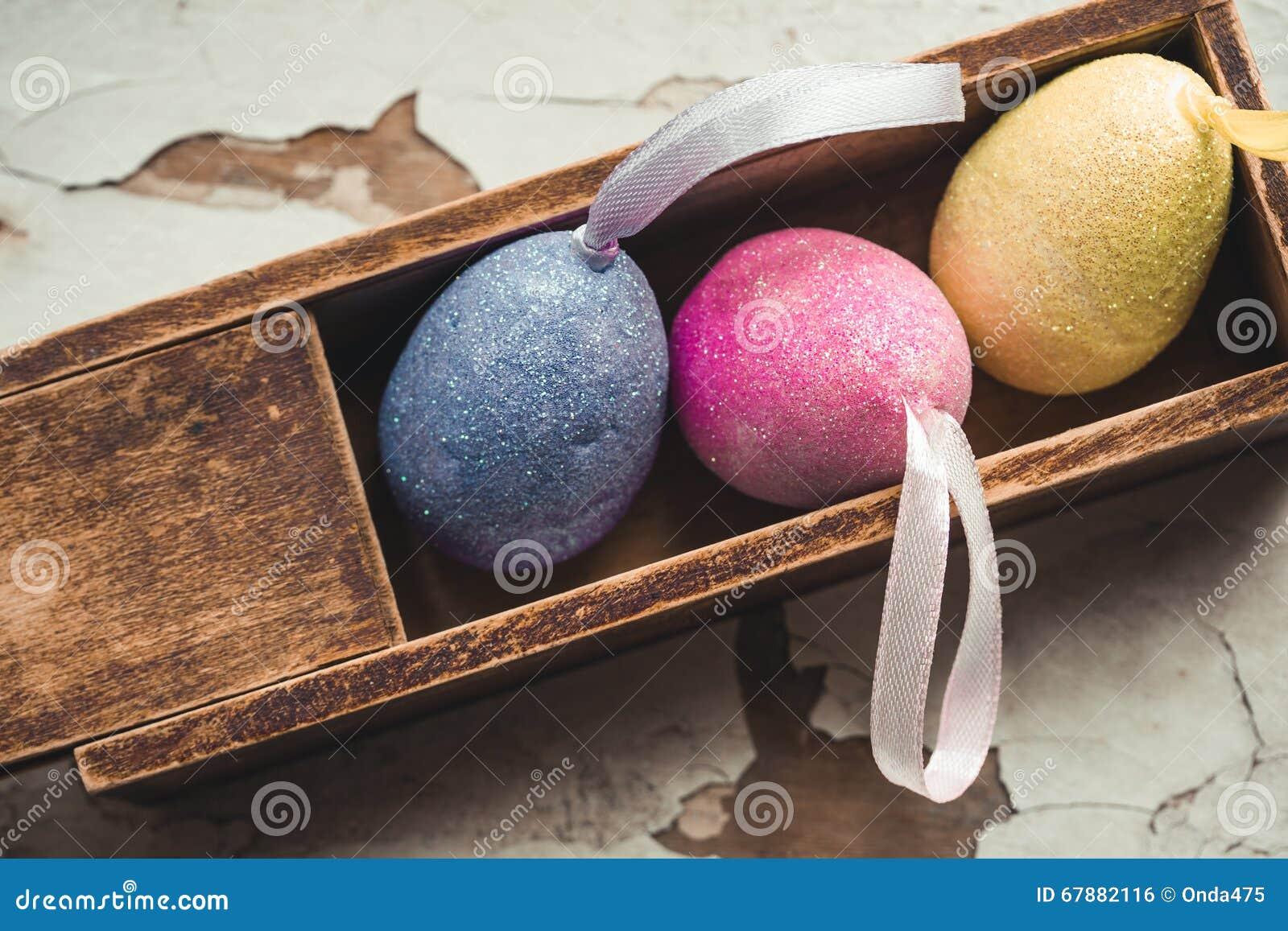 在一个老木铅笔盒的复活节彩蛋 软绵绵地集中
