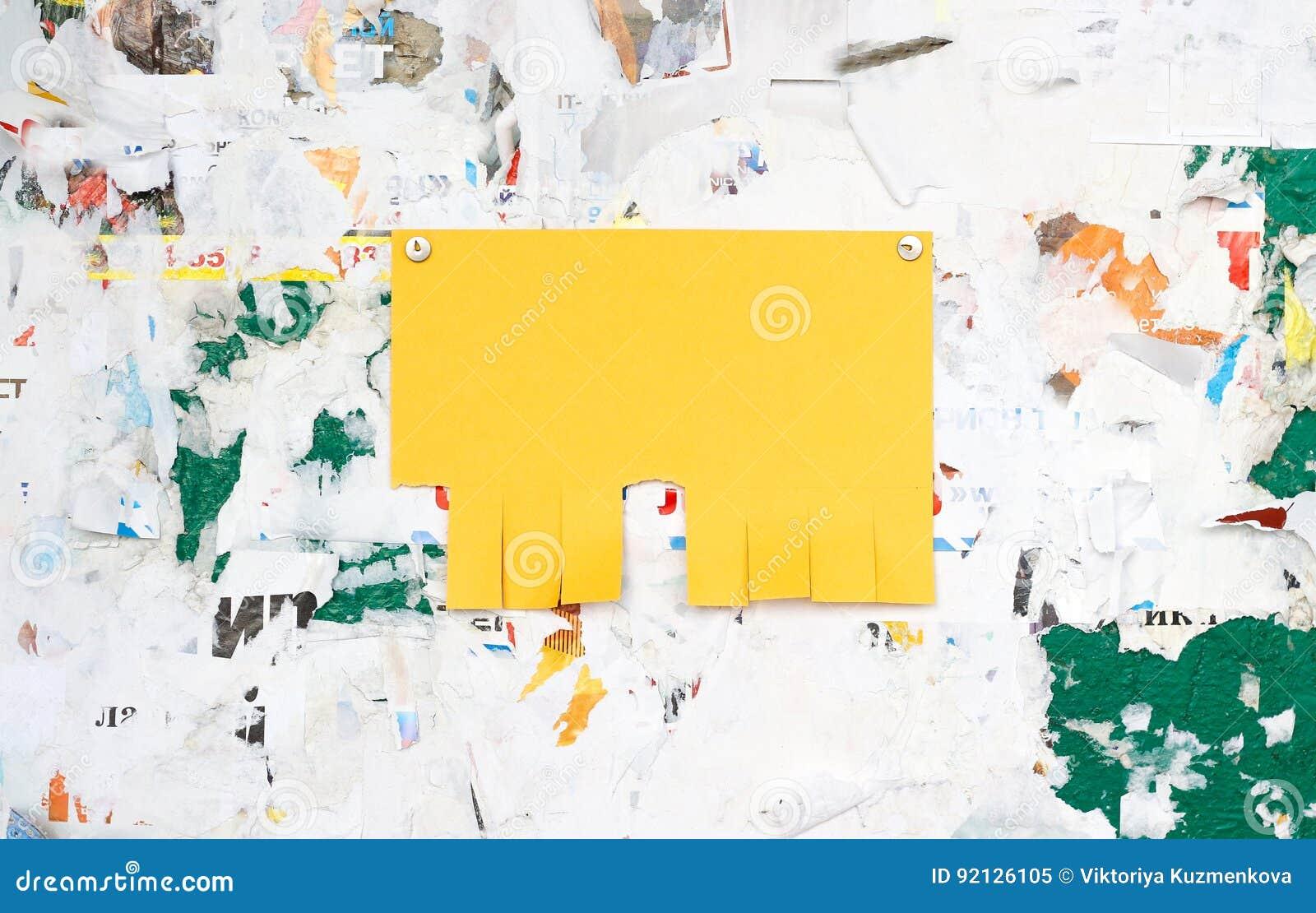 在一个肮脏的委员会的空的五颜六色的纸广告插入物