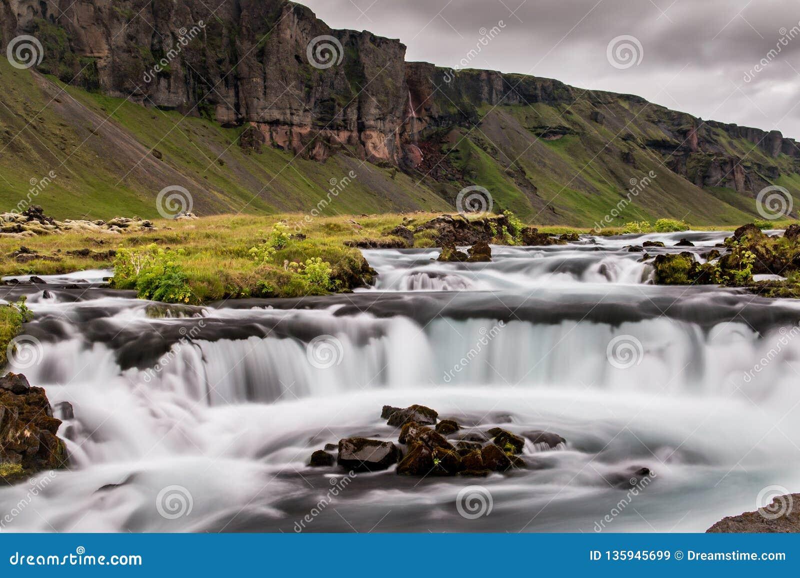 在一个草甸中间的洪流在冰岛