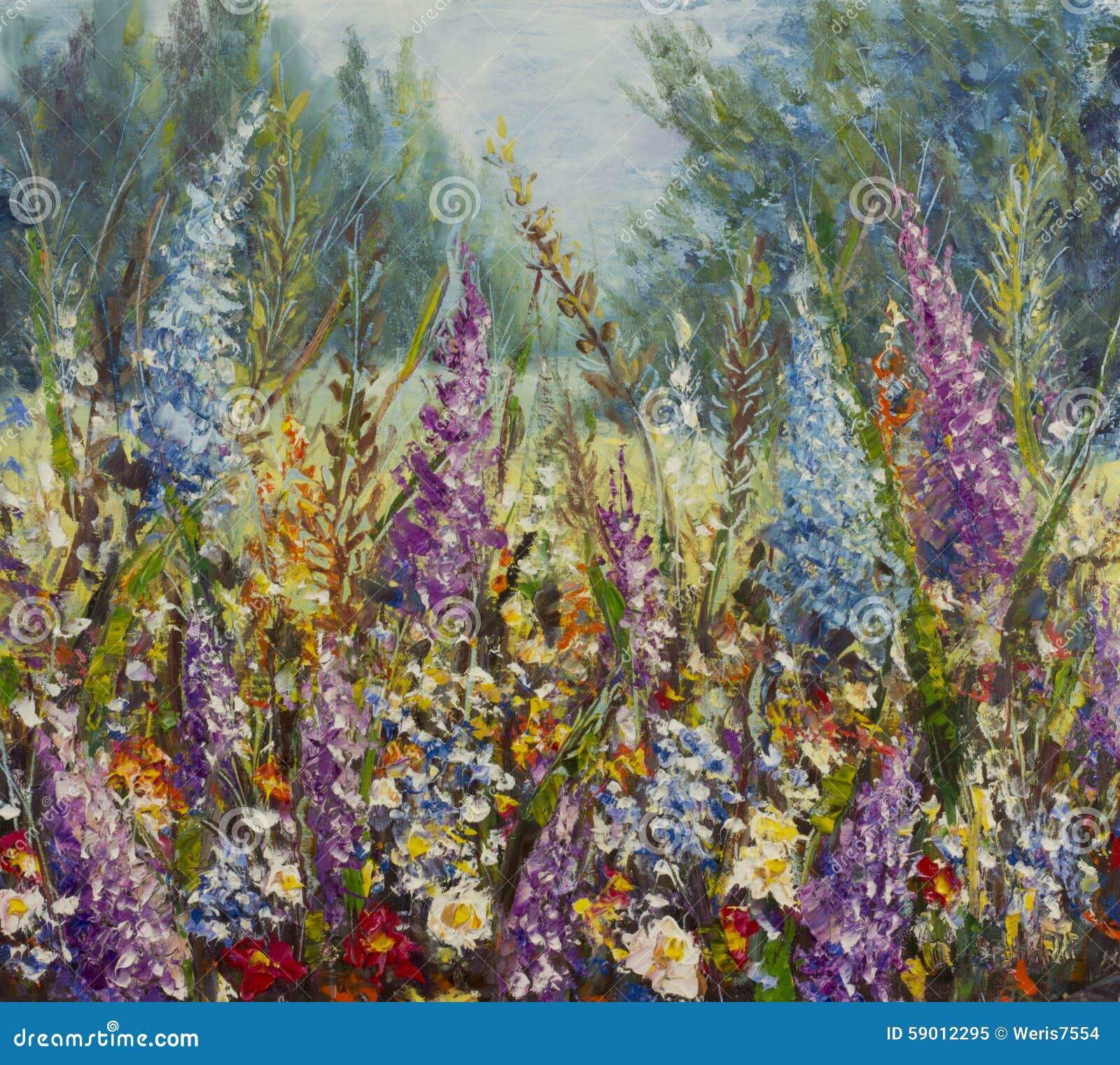 在一个草甸的大多彩多姿的花在森林附近