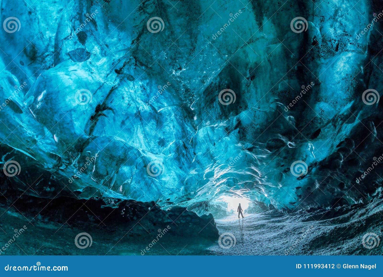 在一个蓝色冰洞里面在冰岛