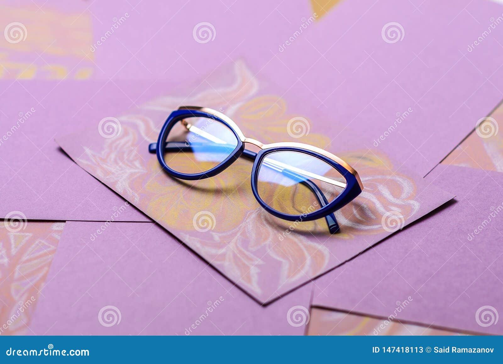 在一个蓝色框架的玻璃在紫色背景