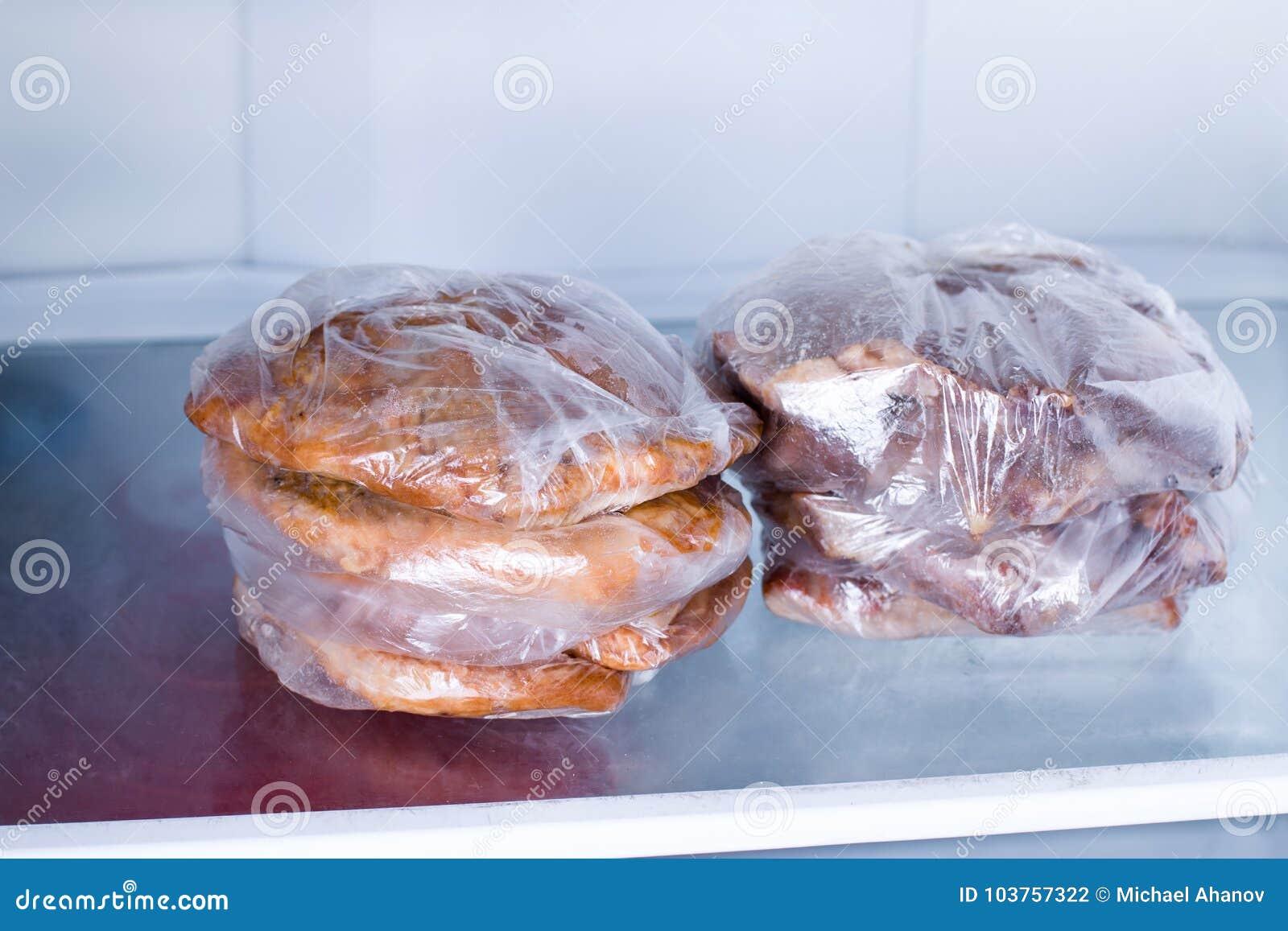 在一个袋子的油煎的猪肉内圆角在冰箱
