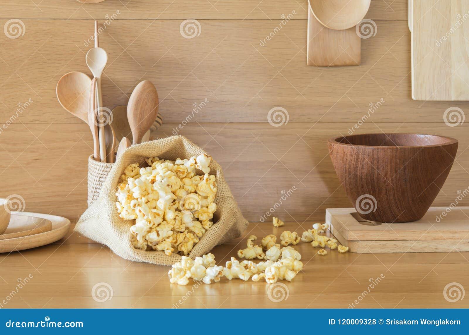 在一个袋子的玉米花在厨房里