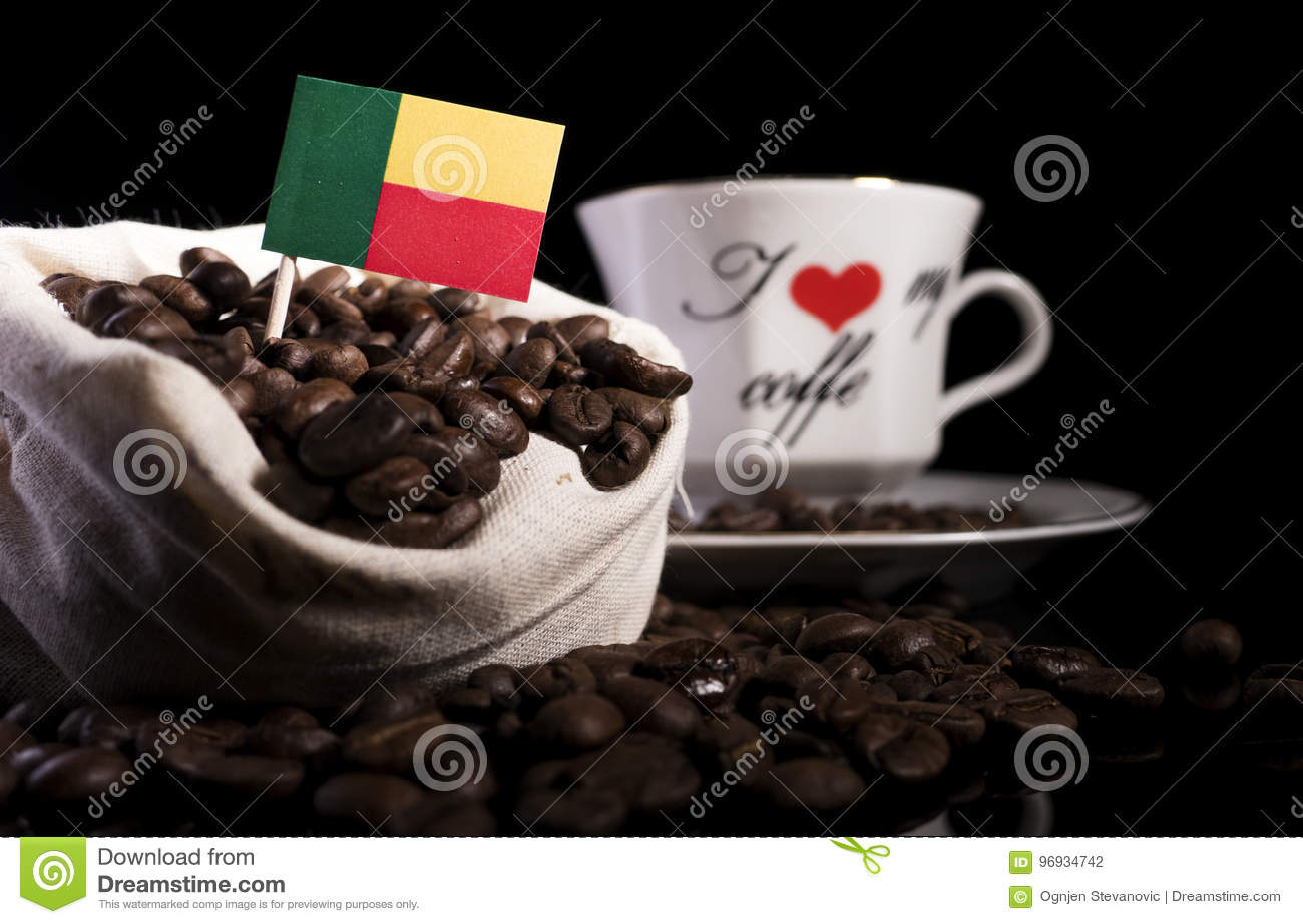 在一个袋子的贝宁旗子用在黑色隔绝的咖啡豆