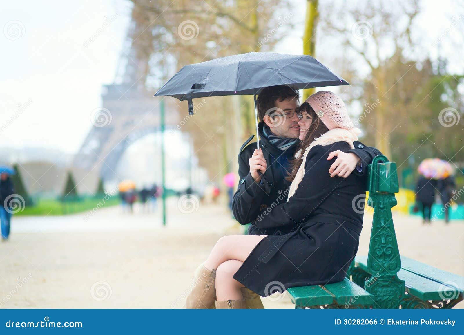 夫妇在一个雨天的巴黎