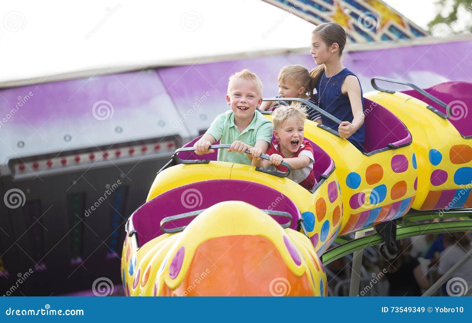 在一个令人兴奋过山车的孩子在游乐园乘坐