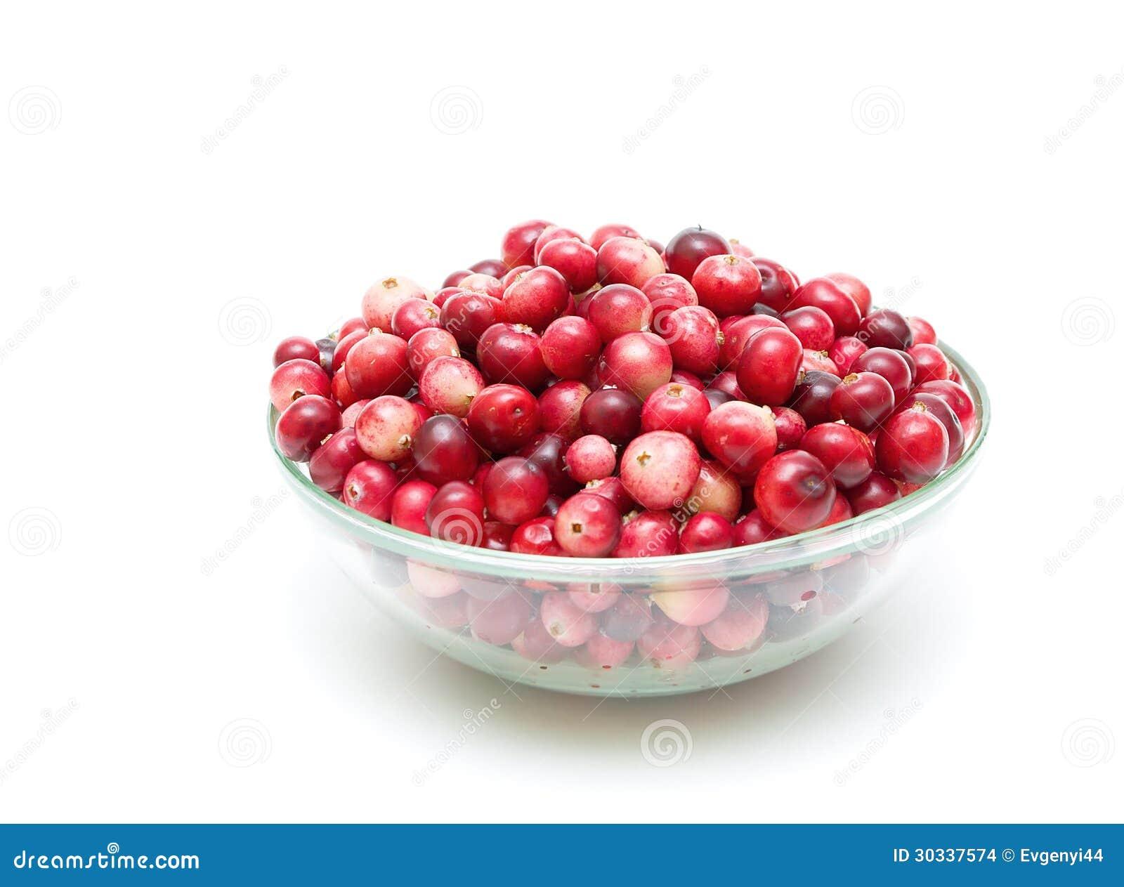 在一个玻璃碗的蔓越桔在白色背景