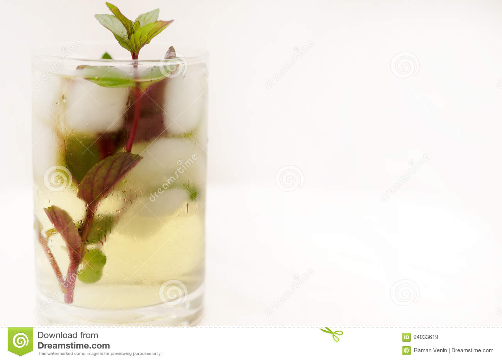 在一个玻璃觚的肯塔基德比饮料在轻的背景