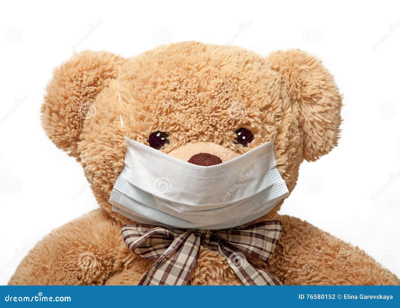 在一个医疗面具的玩具熊