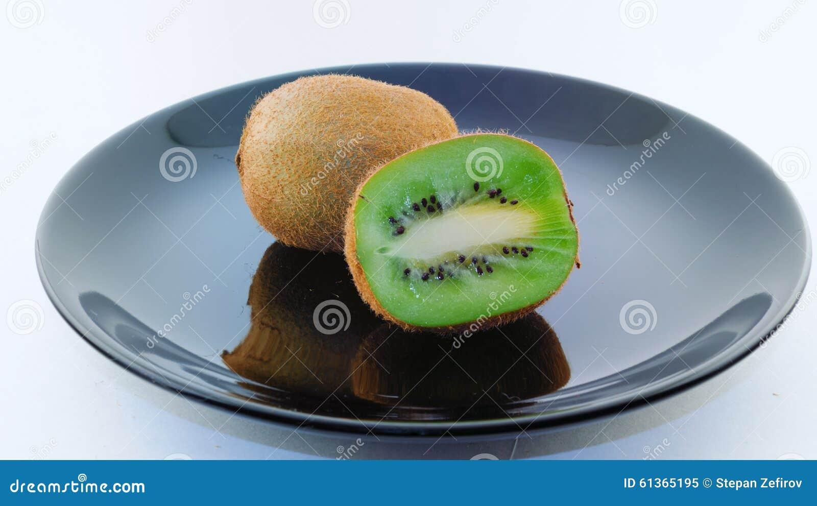 在一个黑色的盘子的猕猴桃