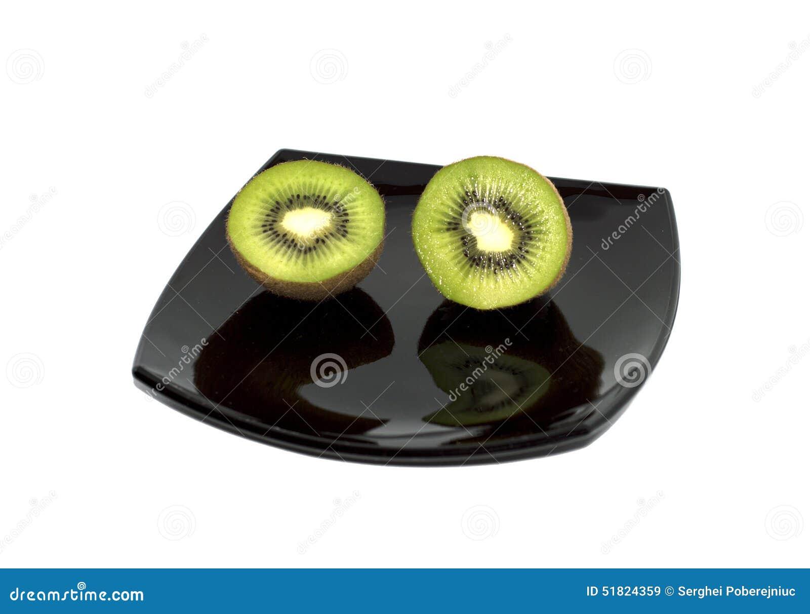 在一个黑色的盘子,顶视图的两个猕猴桃