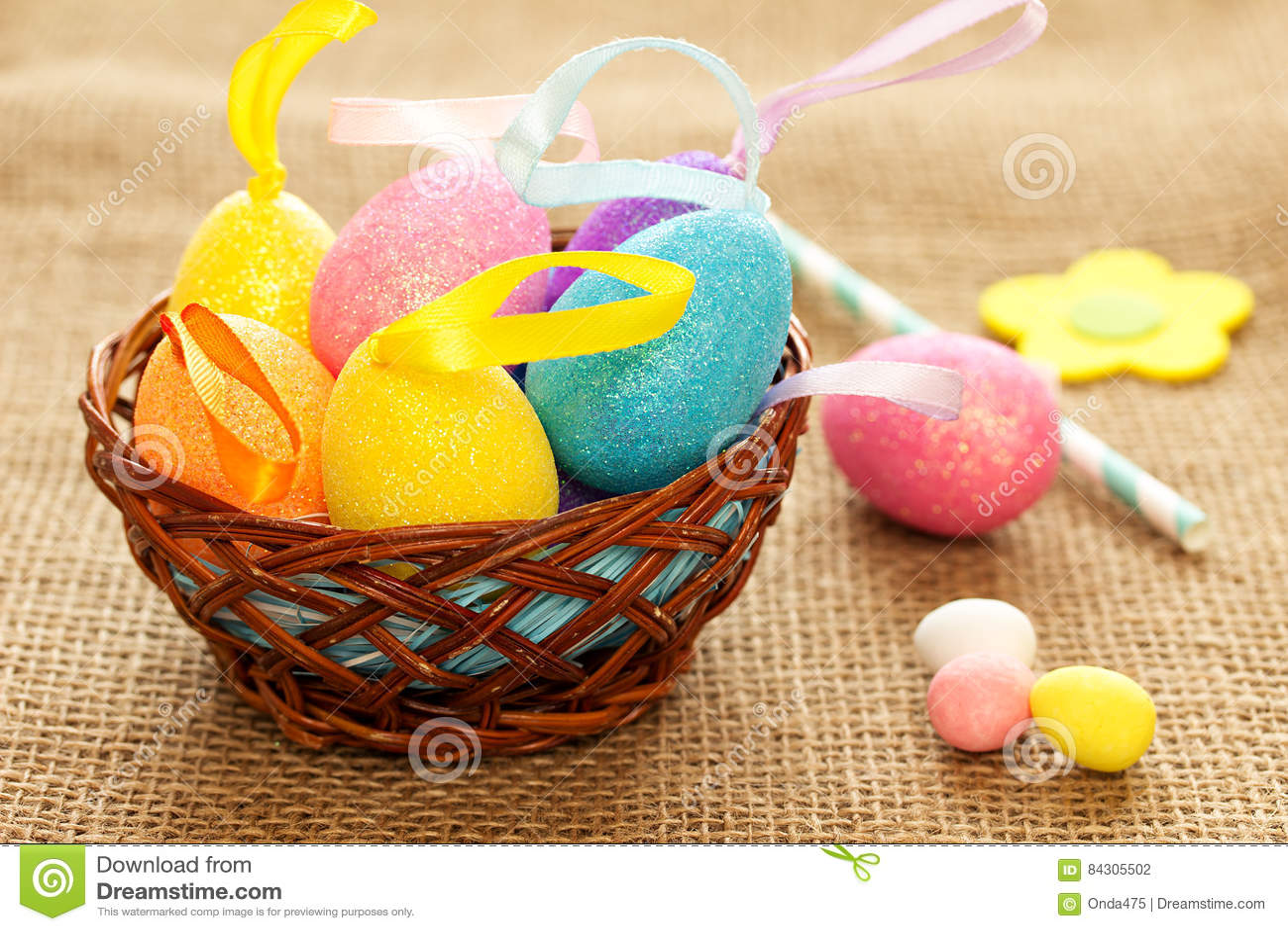 在一乡村模式的复活节静物画用色的鸡蛋