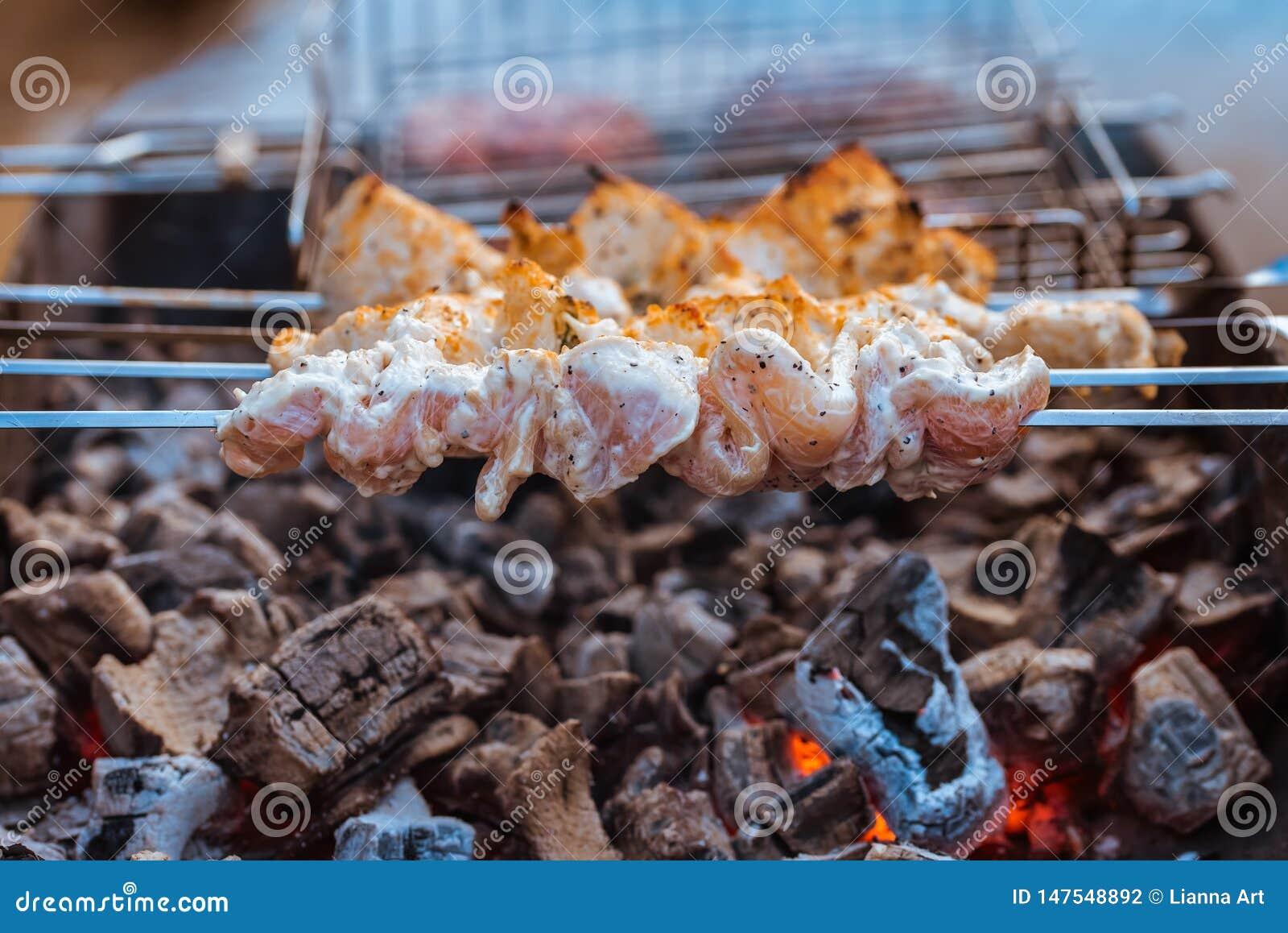 在一位热的火盆的水多的肉烤肉