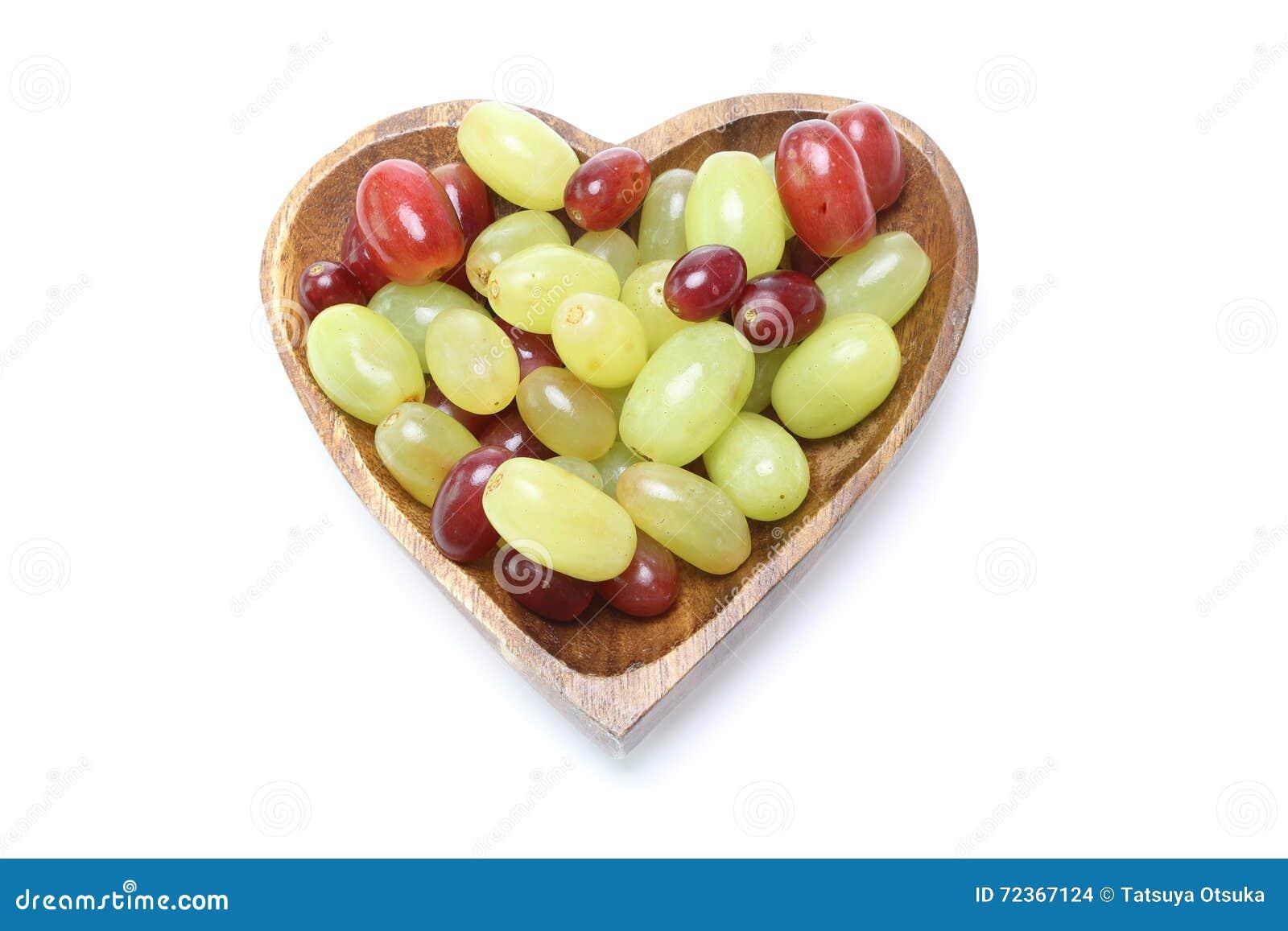 在一块心形的板材的葡萄