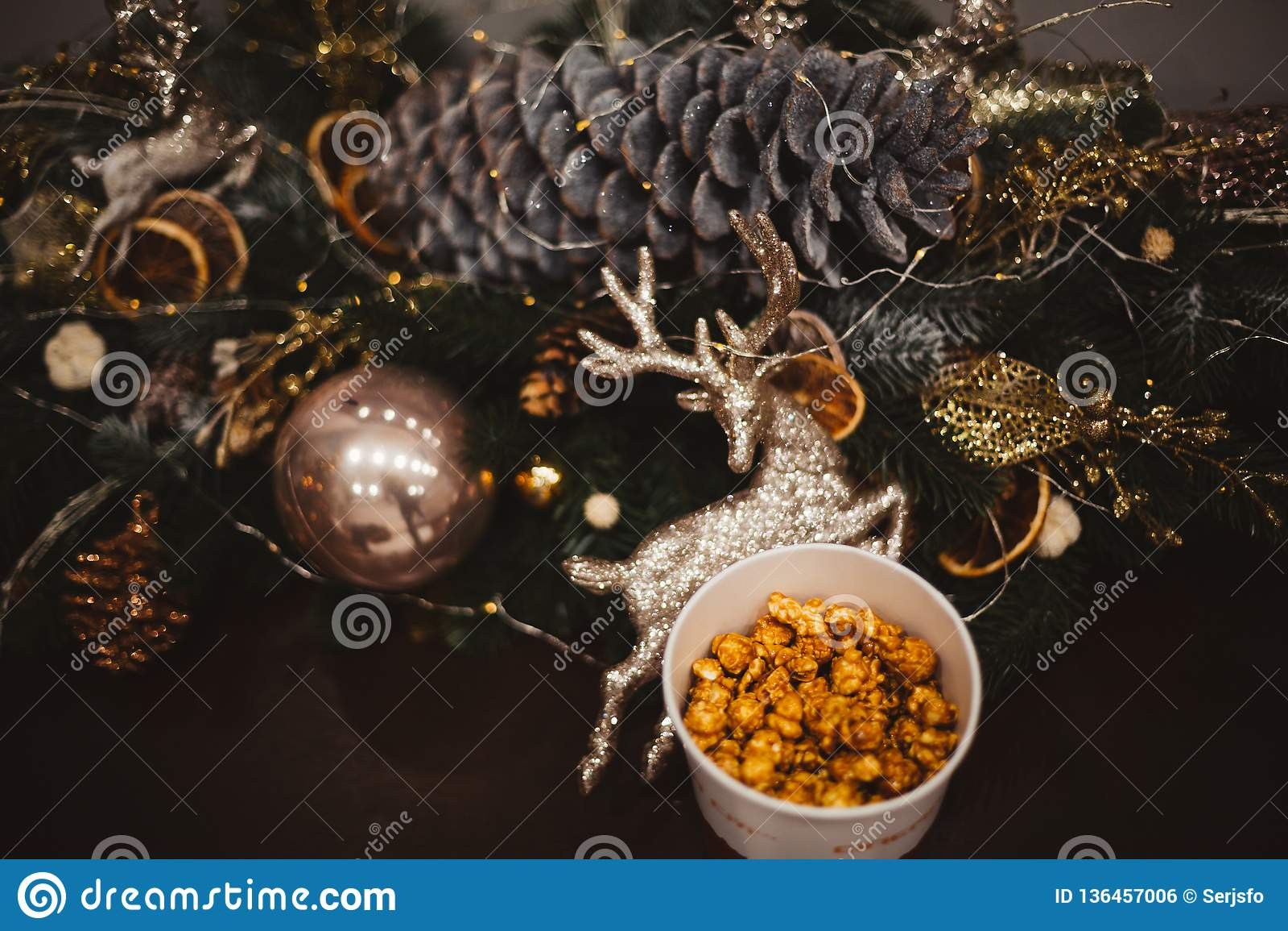 在一块木板材的玉米花在圣诞树和圣诞节装饰,新年提议,选择聚焦背景