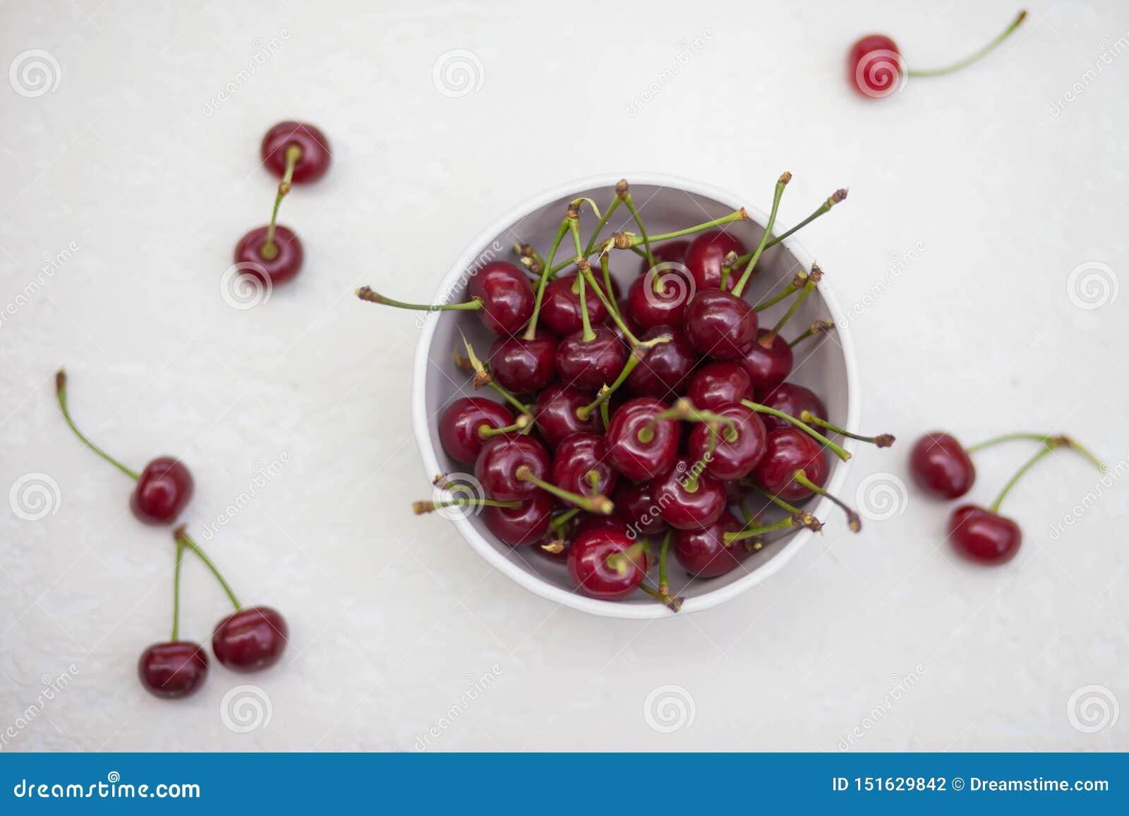 在一块板材的大樱桃在白色背景