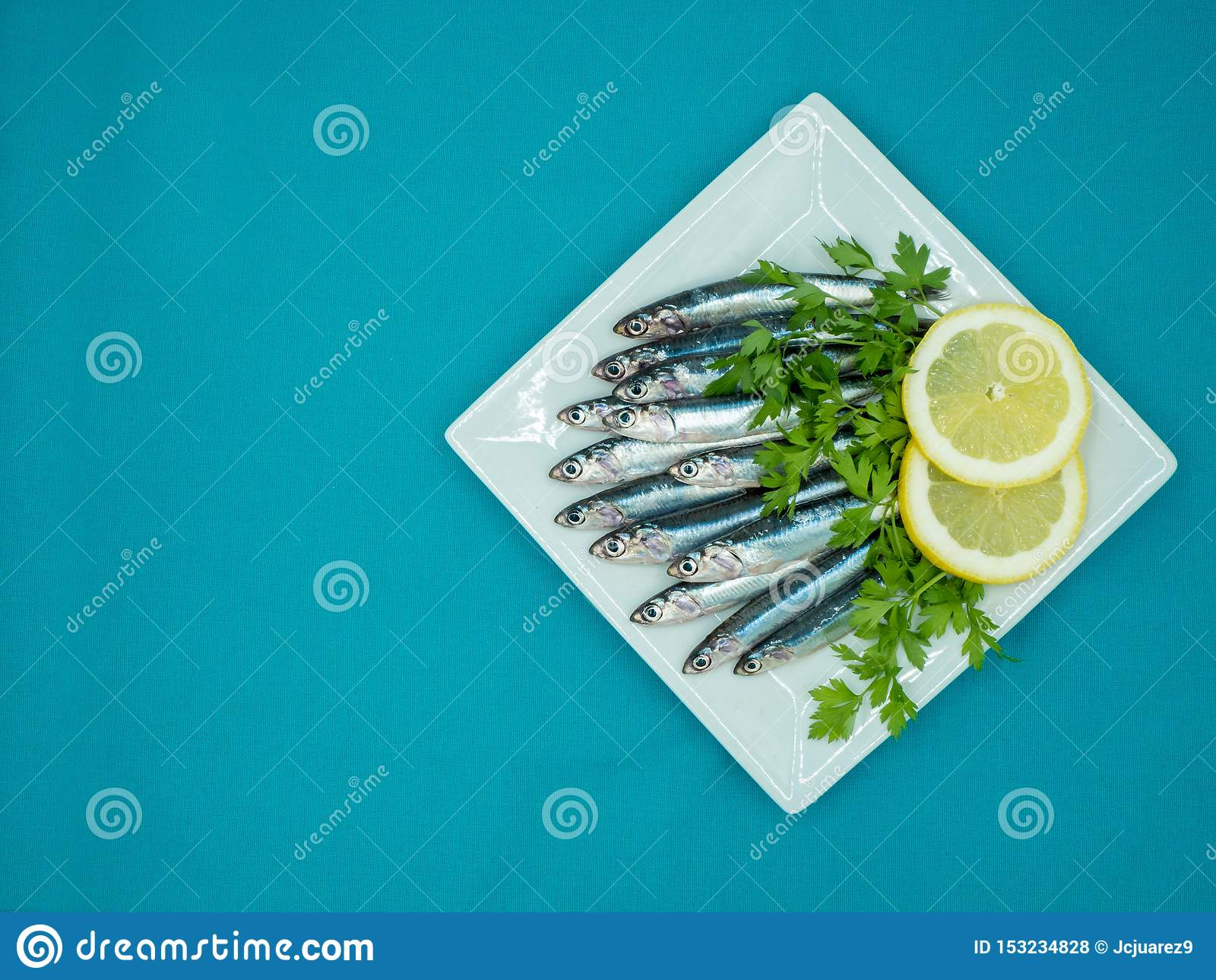 在一块板材的新鲜的鲥鱼在蓝色背景