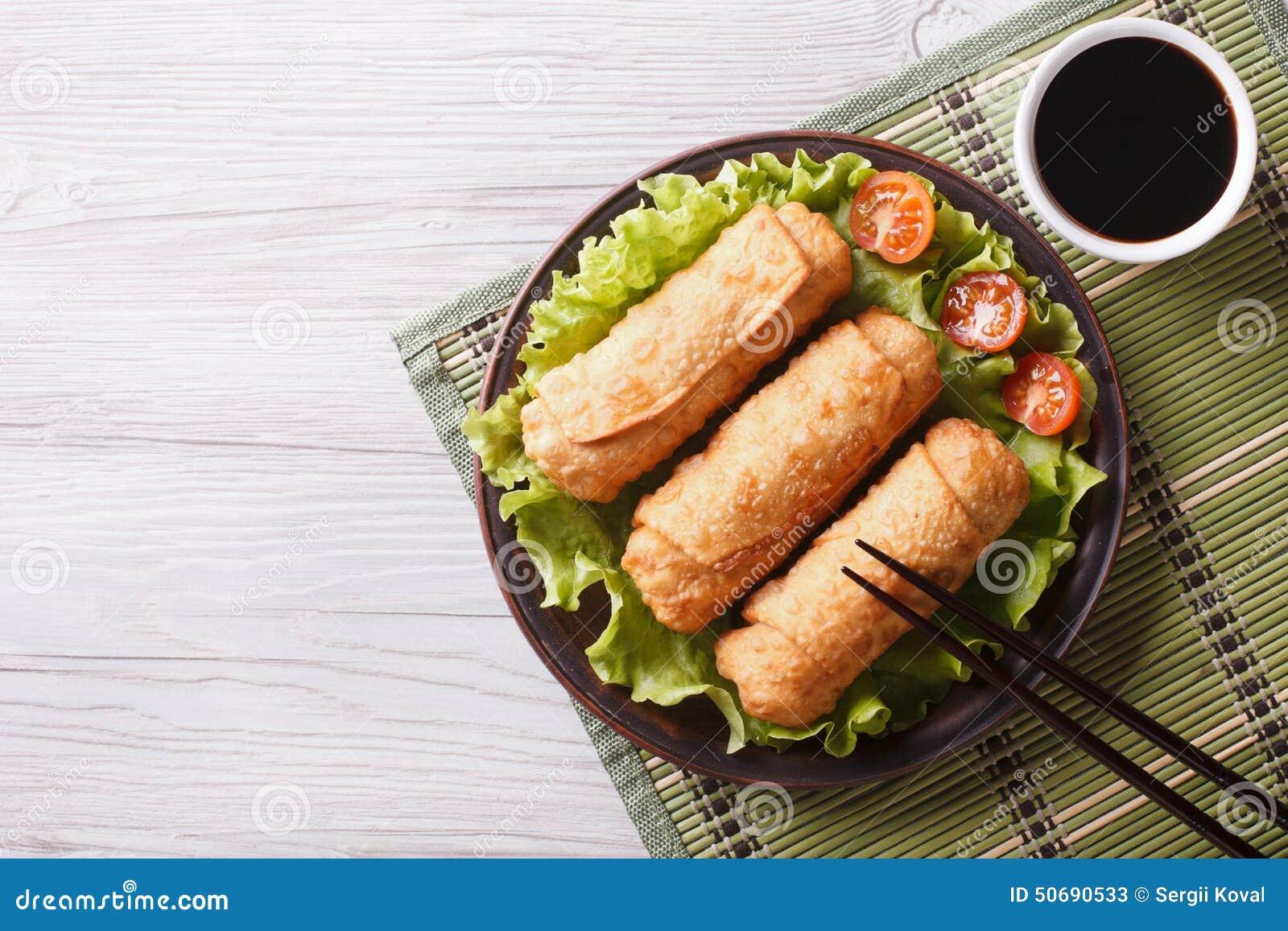 Download 在一块板材的油煎的春卷用沙拉,水平的顶视图 库存图片. 图片 包括有 水平, 快餐, 昏暗, 油煎, 正餐 - 50690533