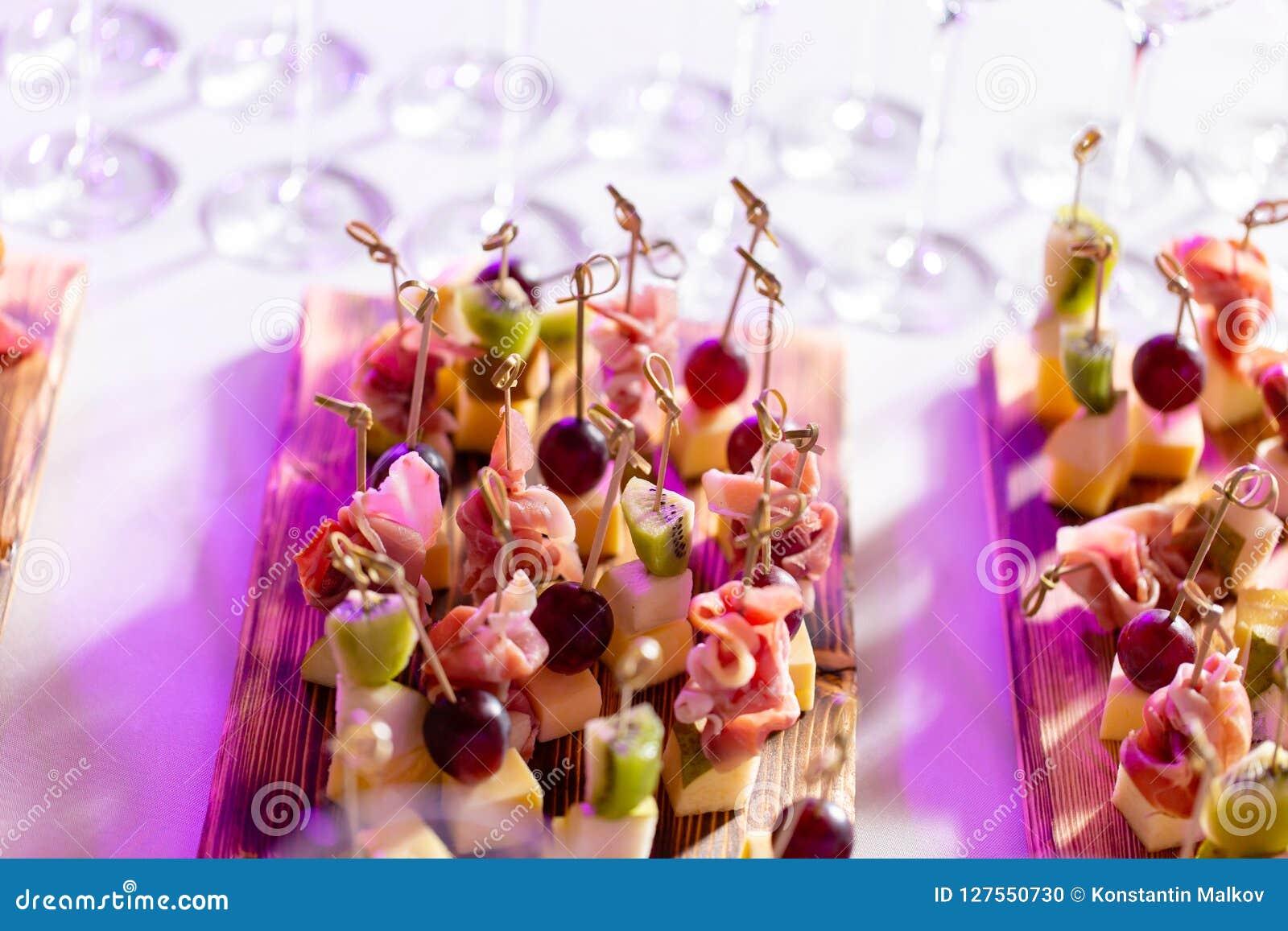 在一块板材的清淡的快餐在自助餐桌上 被分类的微型点心、纤巧和快餐,在事件的餐馆食物 A