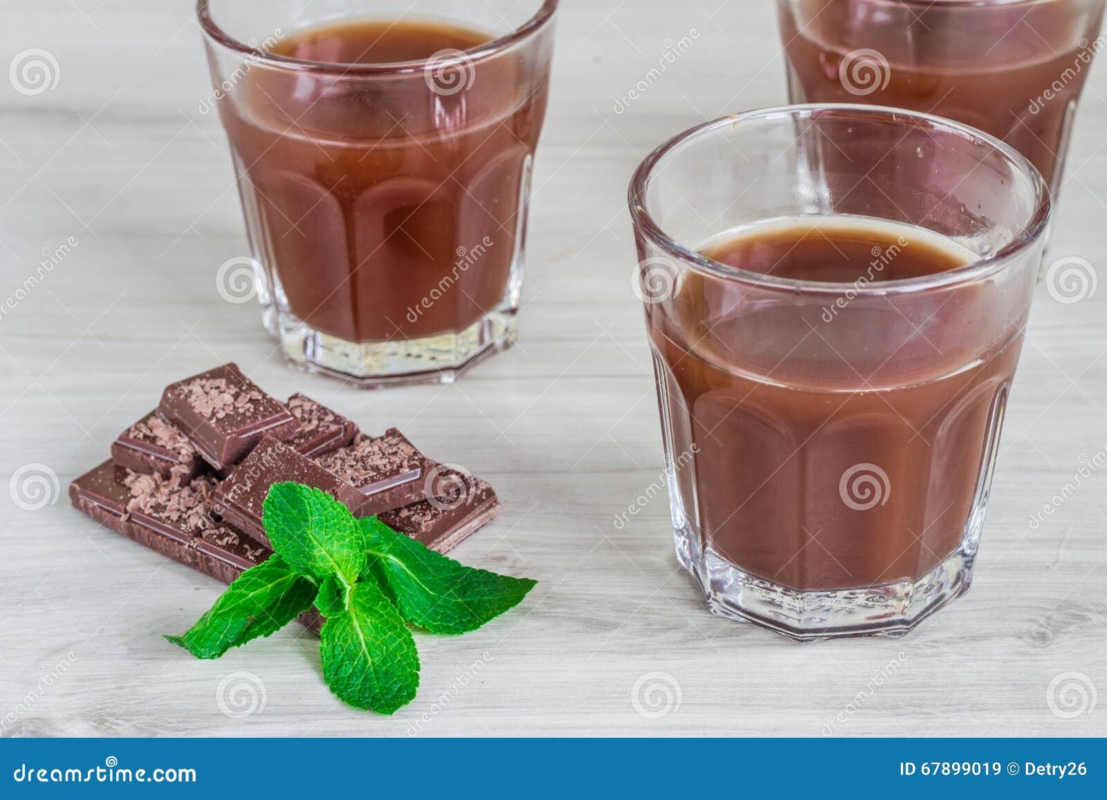 在一块玻璃的巧克力牛奶木表面上