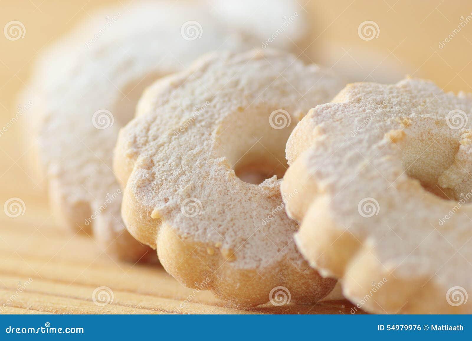 在一张木桌上安排的意大利曲奇饼