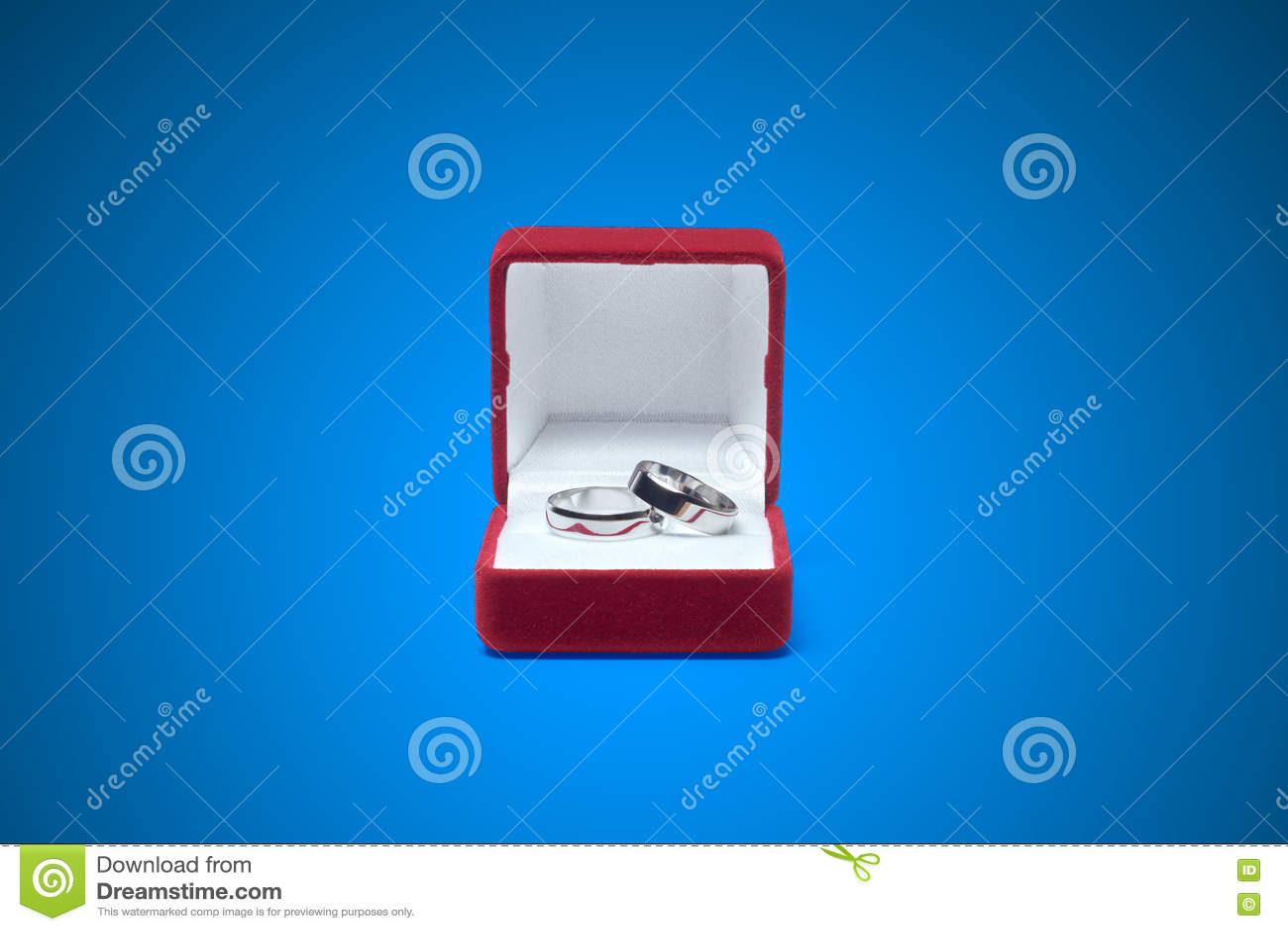 在一张木桌上的婚戒
