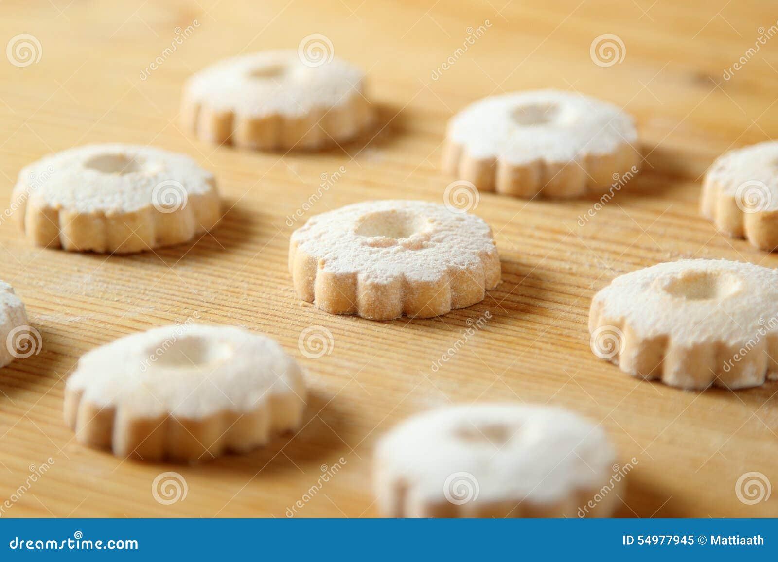 在一张木桌上的意大利canestrelli曲奇饼
