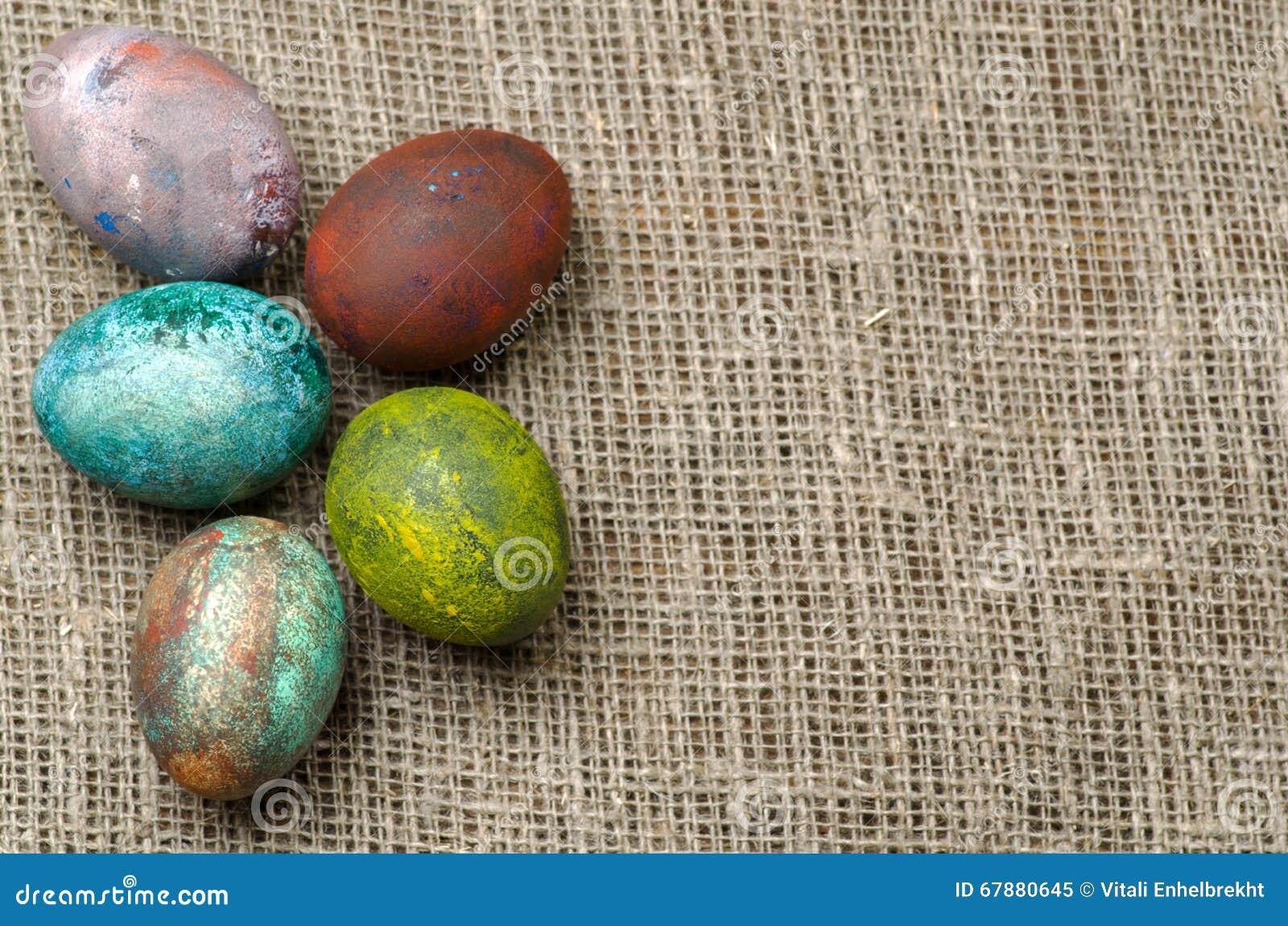 在一张木表的复活节彩蛋