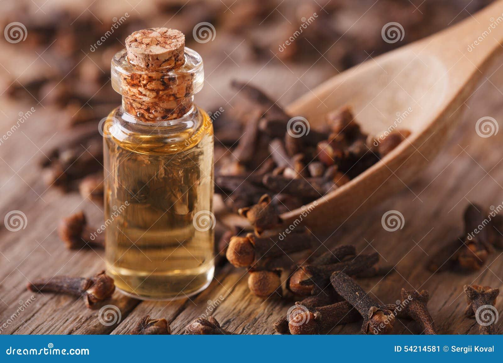 在一个瓶的图片油在桌上的特写丁香水平荠菜.玻璃镜头带图片