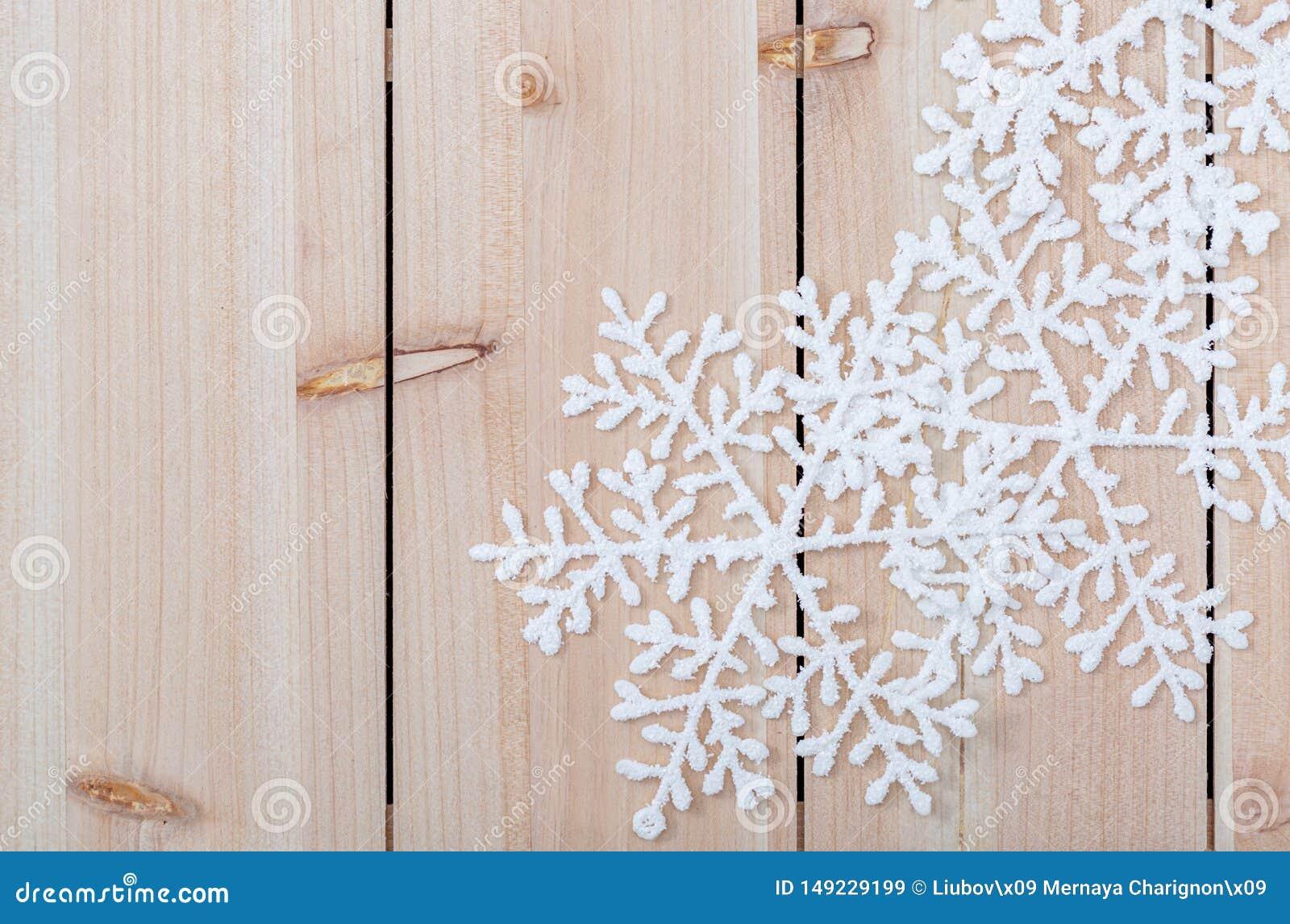 在一张轻的木桌上的白色人为雪花 圣诞装饰背景和拷贝空间文本的 r
