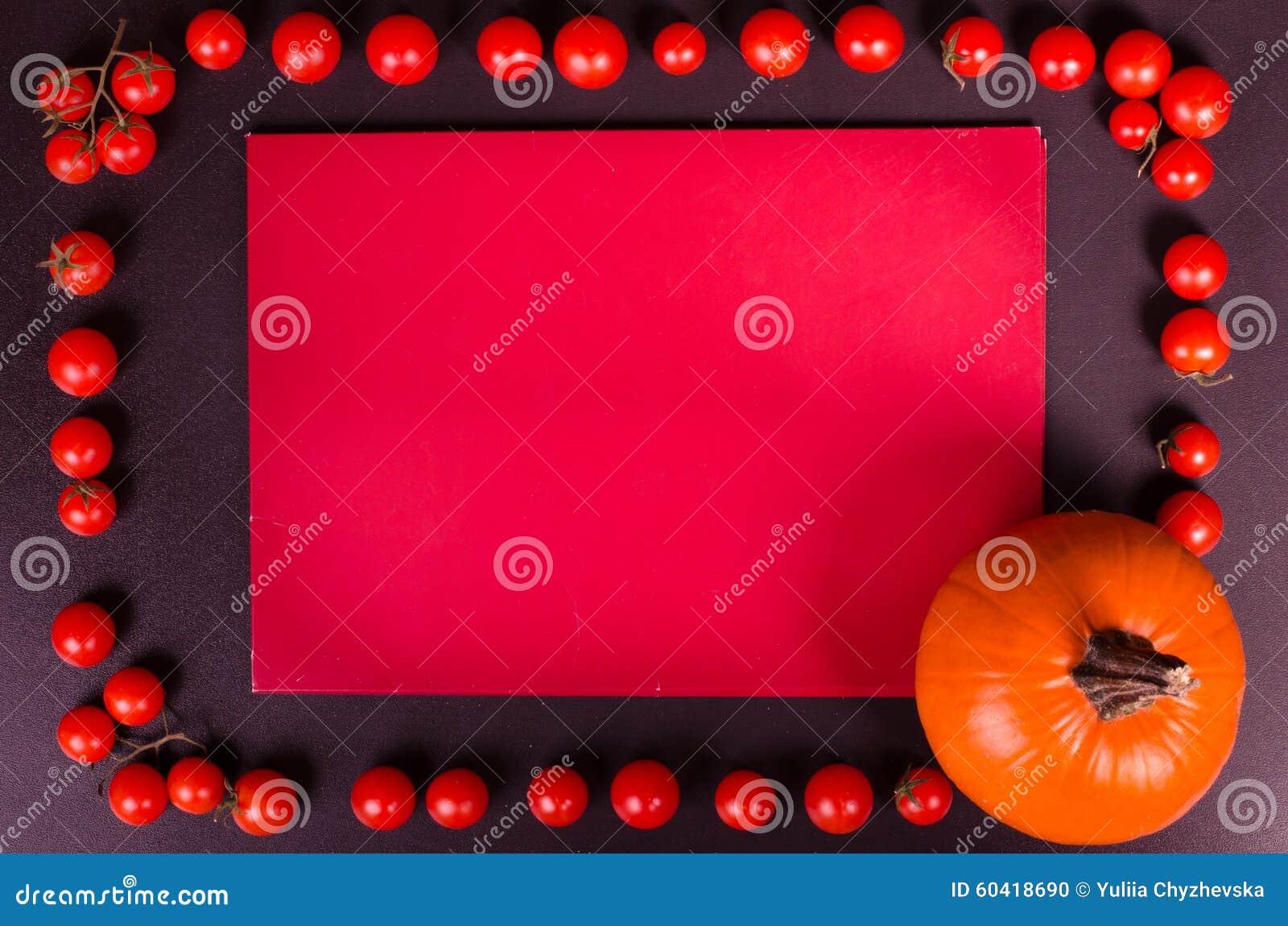 在一张黑桌上的新鲜蔬菜 秋天背景特写镜头上色常春藤叶子橙红