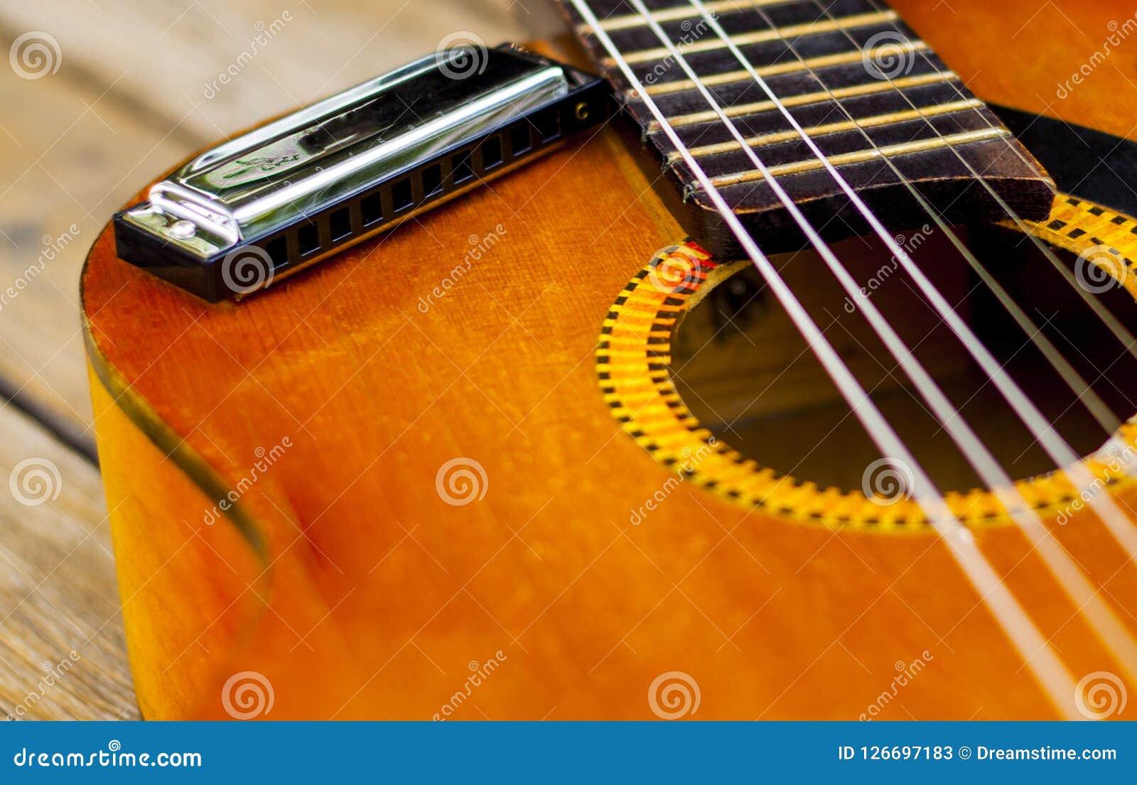 在一把古典吉他的一只口琴