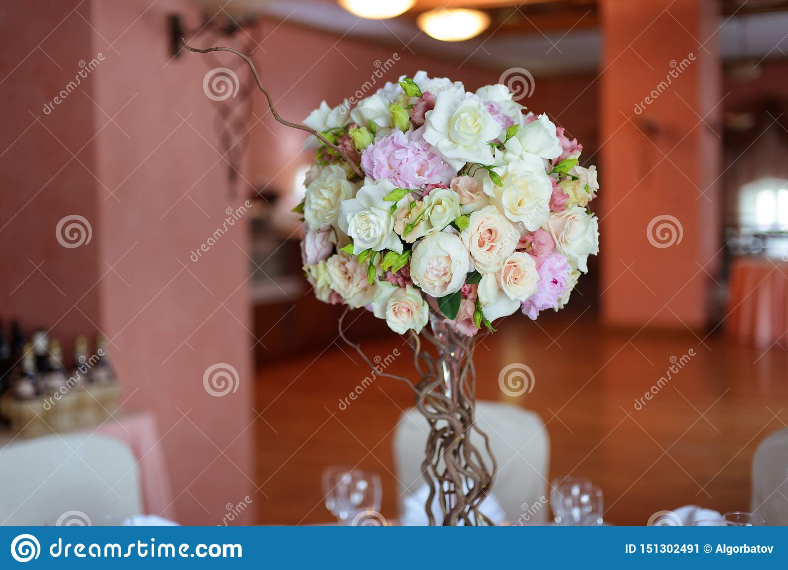 在一条腿的花束在庆祝商店floristry或婚姻的沙龙的餐馆内部
