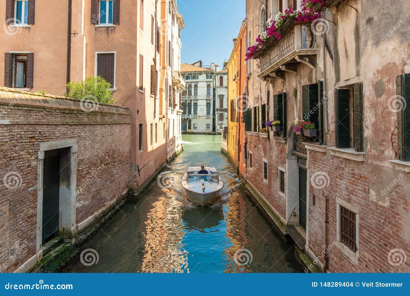 在一条运河的一条小船在威尼斯